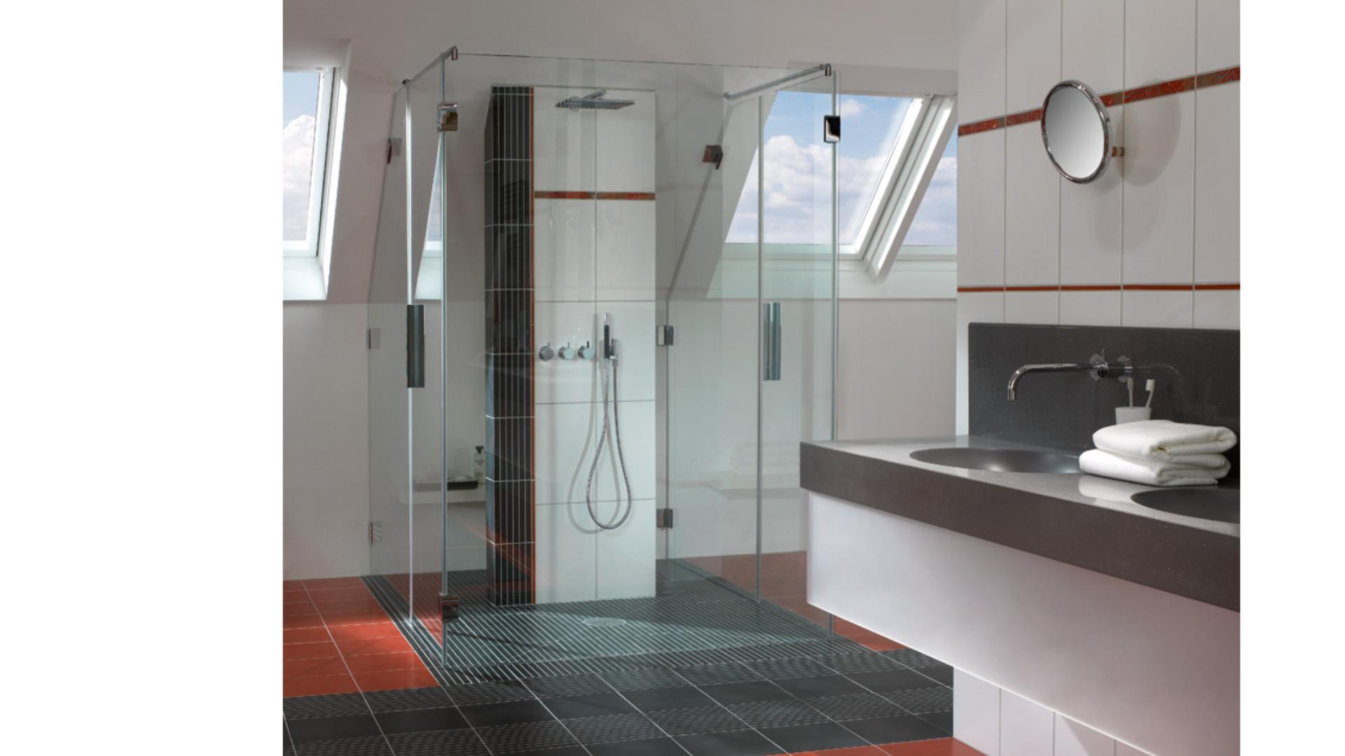 Dusche mit Glastrennwänden in einem Badezimmer