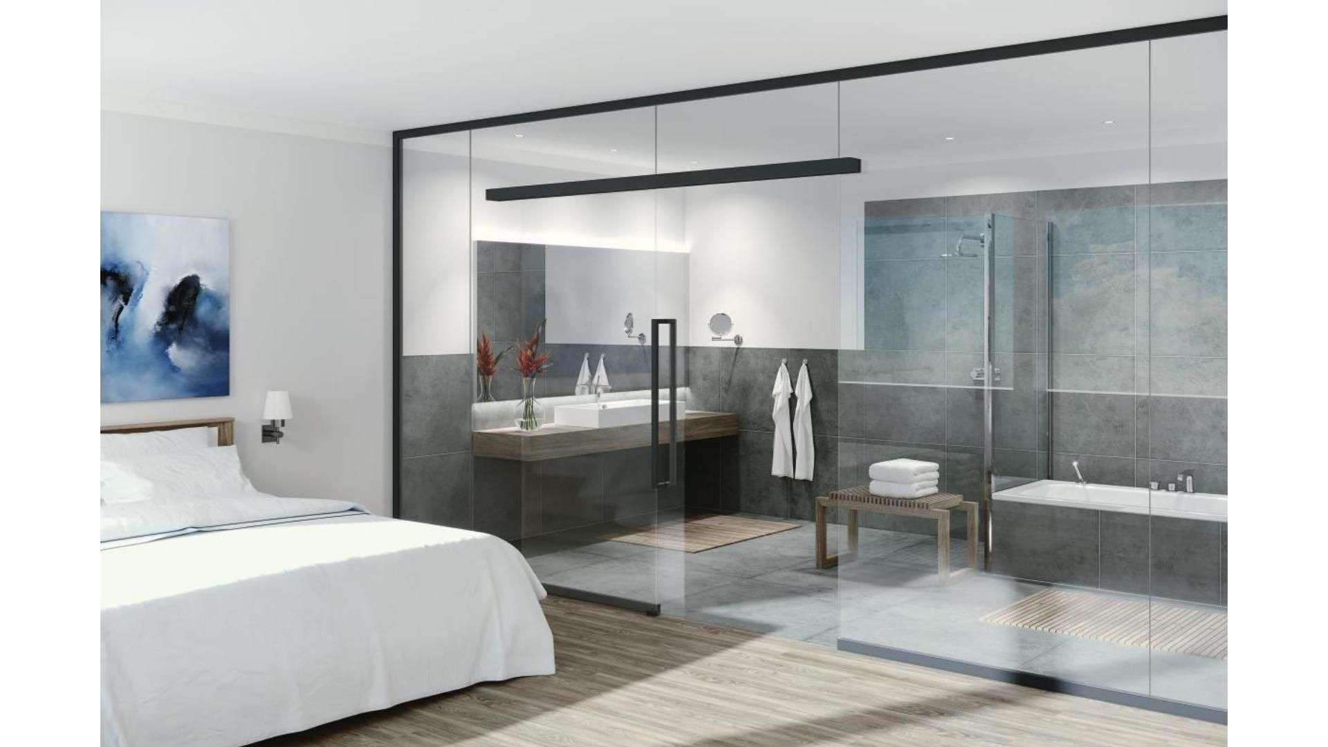 Ganzglas-Anlage zwischen Schlaf- und Badezimmer