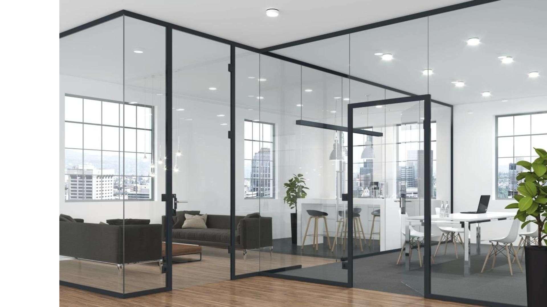 Trennwandsystem aus Glas in einem Büro