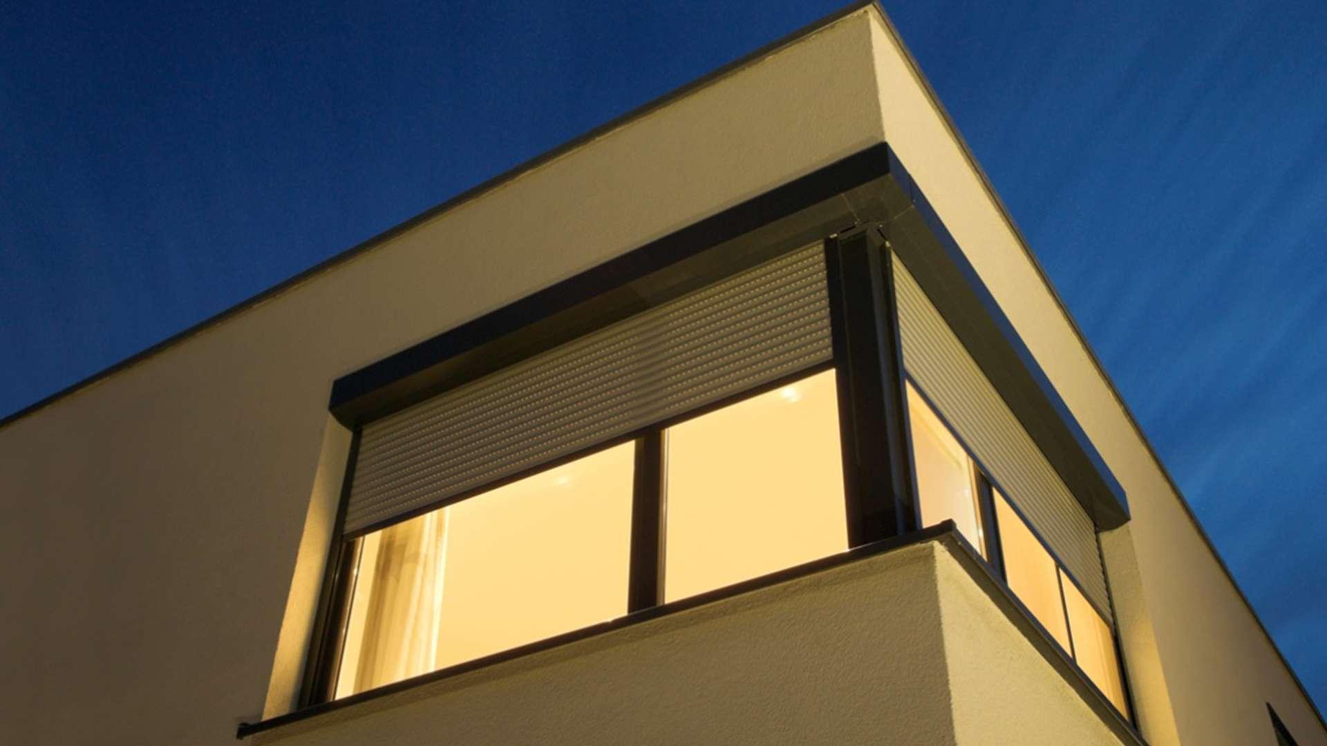 Hausecke mitVorbaurollläden vor den Fenstern