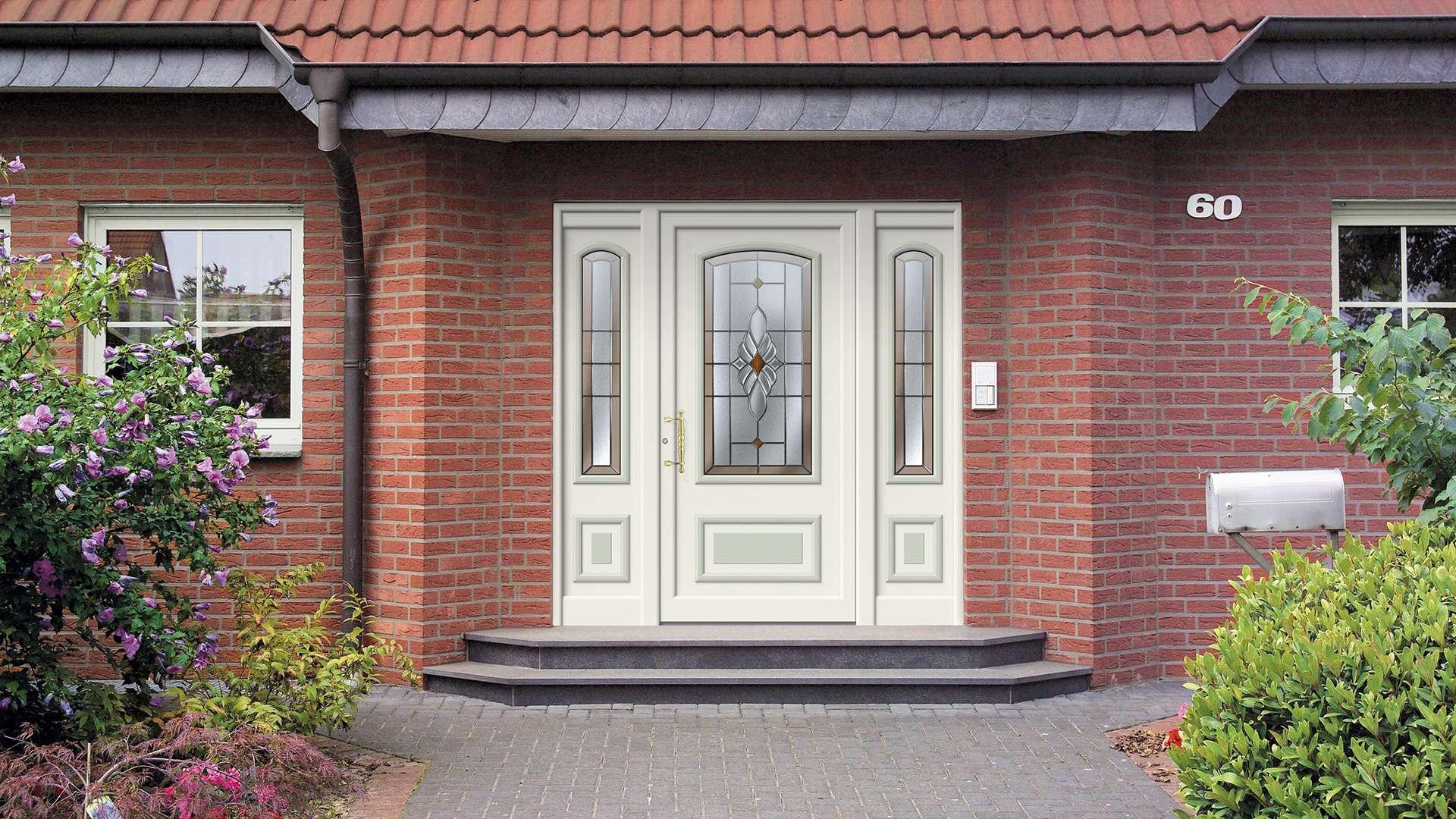 weiße Aluminium-Haustür mit Glaselementen auf beiden Seiten in rotem Klinker