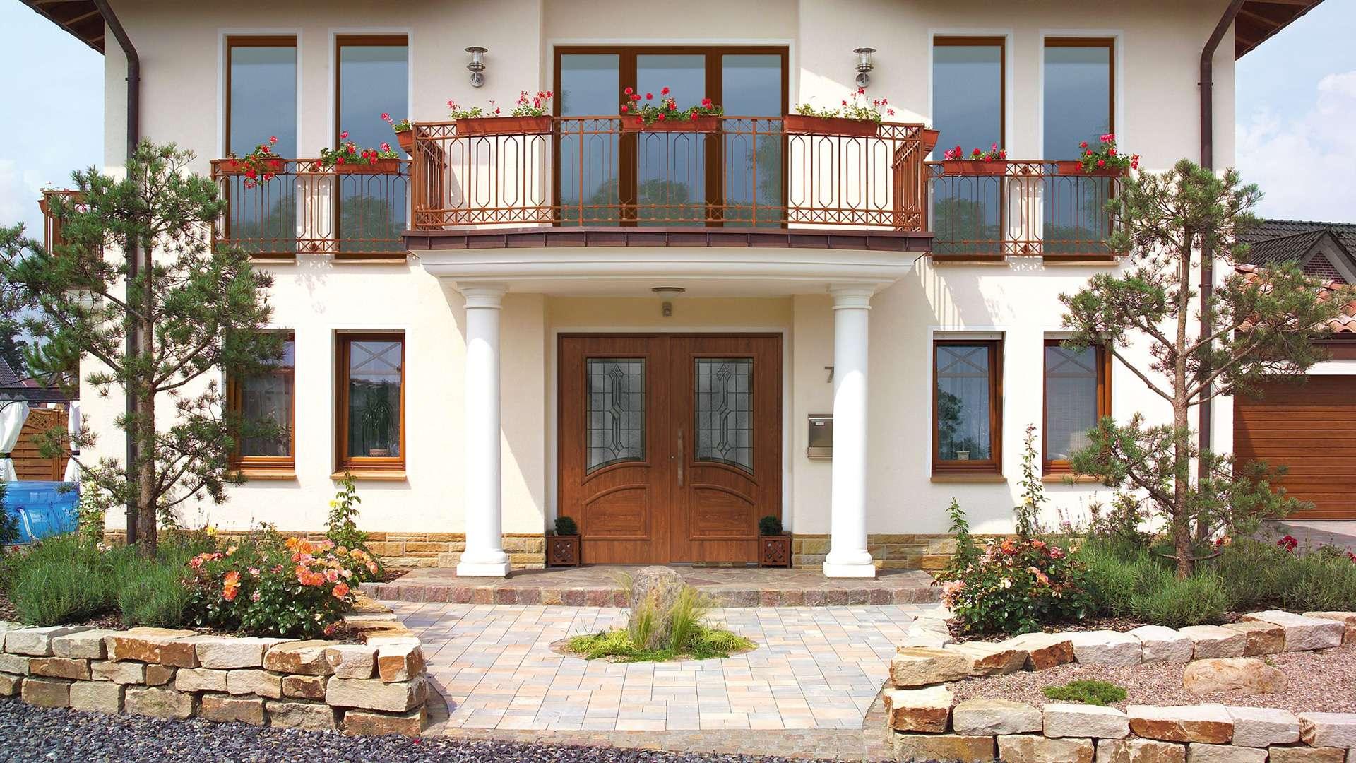 doppelflügelige Aluminium-Haustür in einer Vorstadt-Villa mit Balkon