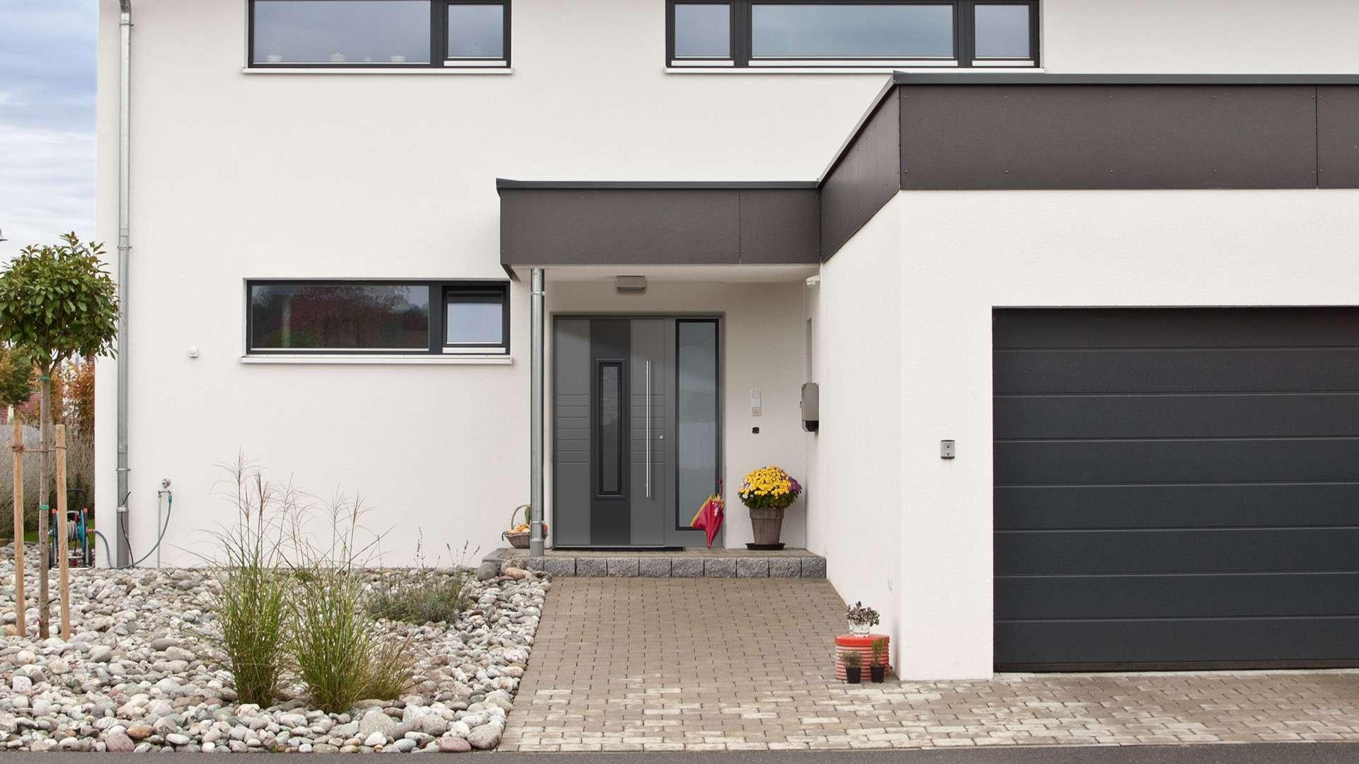 graue Aluminium-Haustür in einem weißen Haus