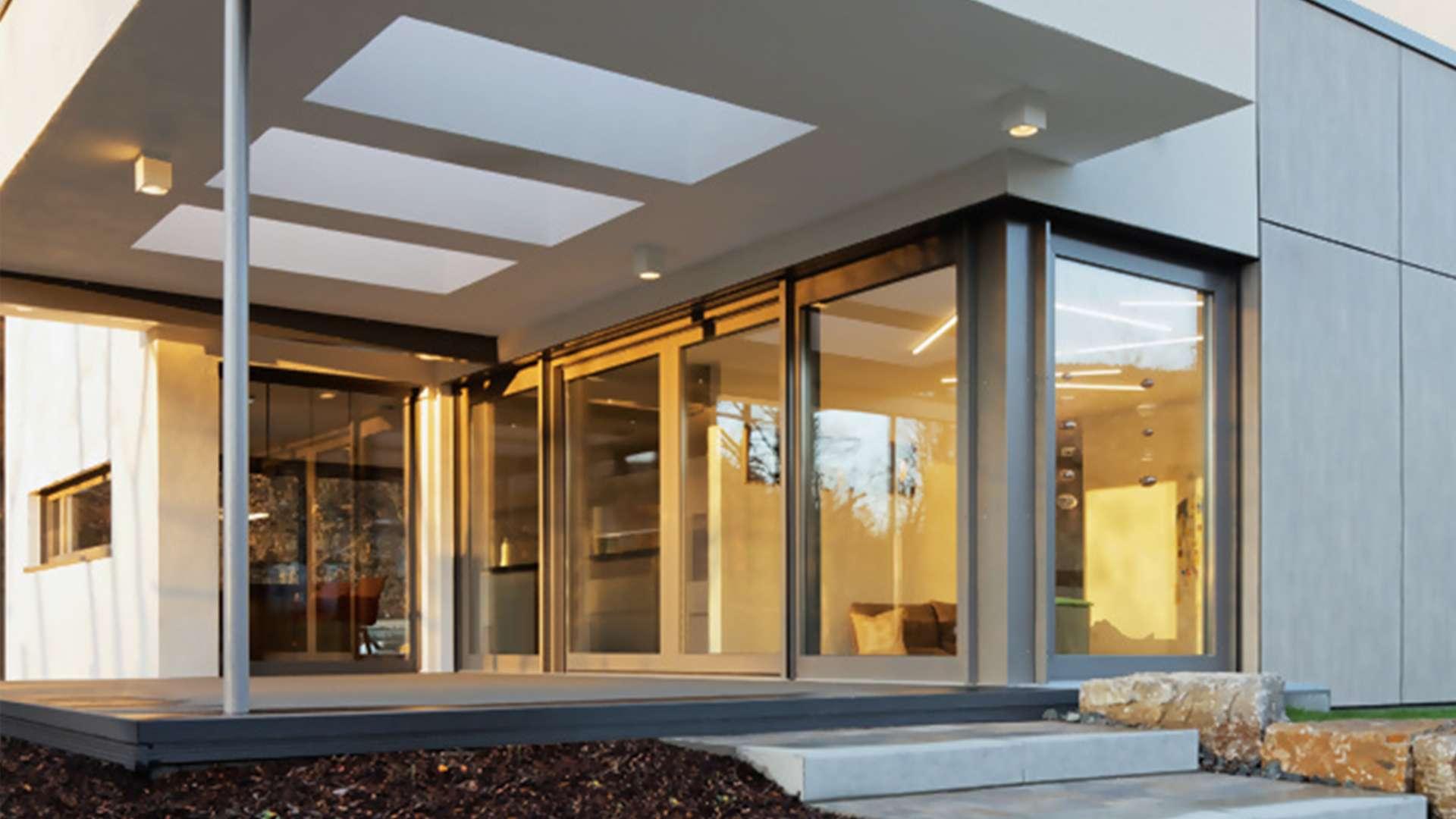 Eingangsbereich mit bodentiefen Fenstern