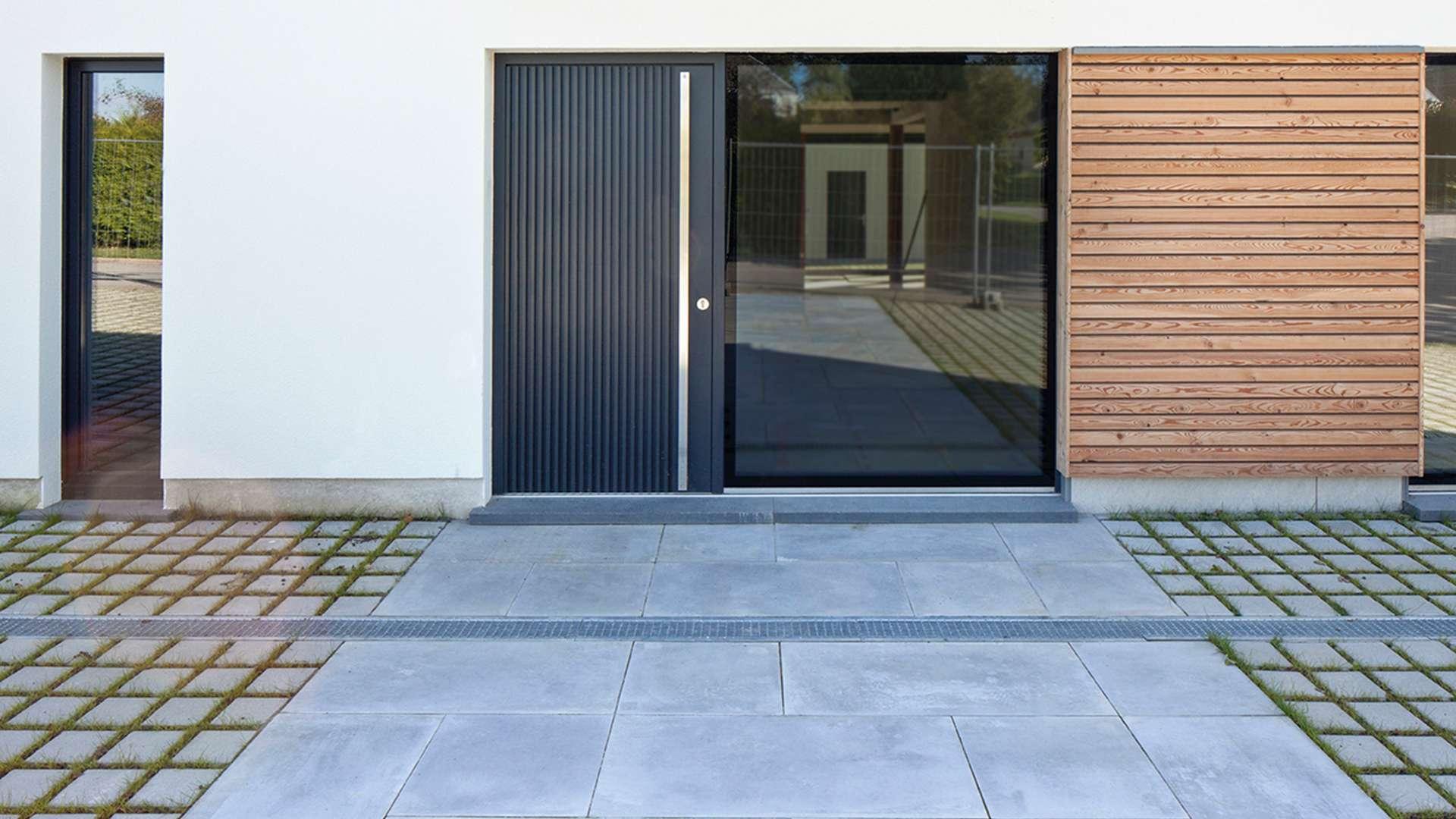 Holz-Haustür mit Glaselement auf der rechten Seite in weißer Fassade