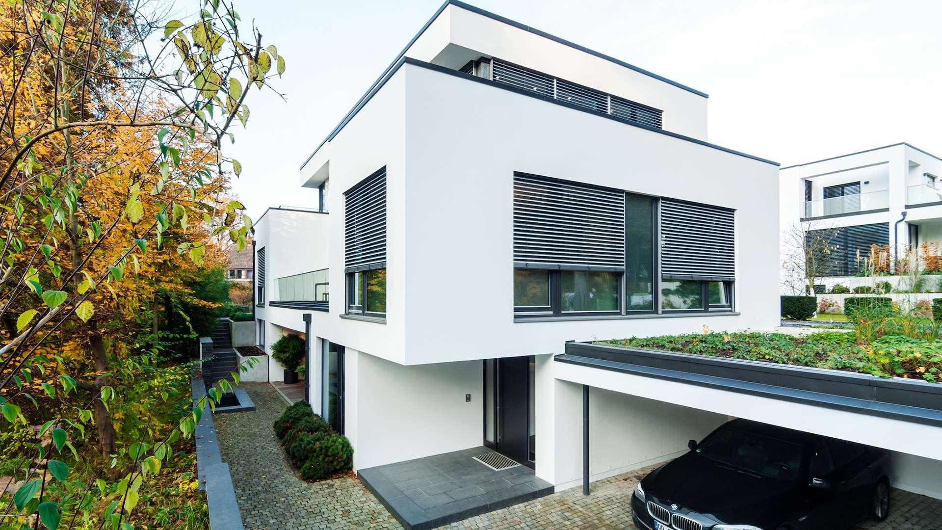 Flachdach-Haus mit Raffstoren vor den Fenstern