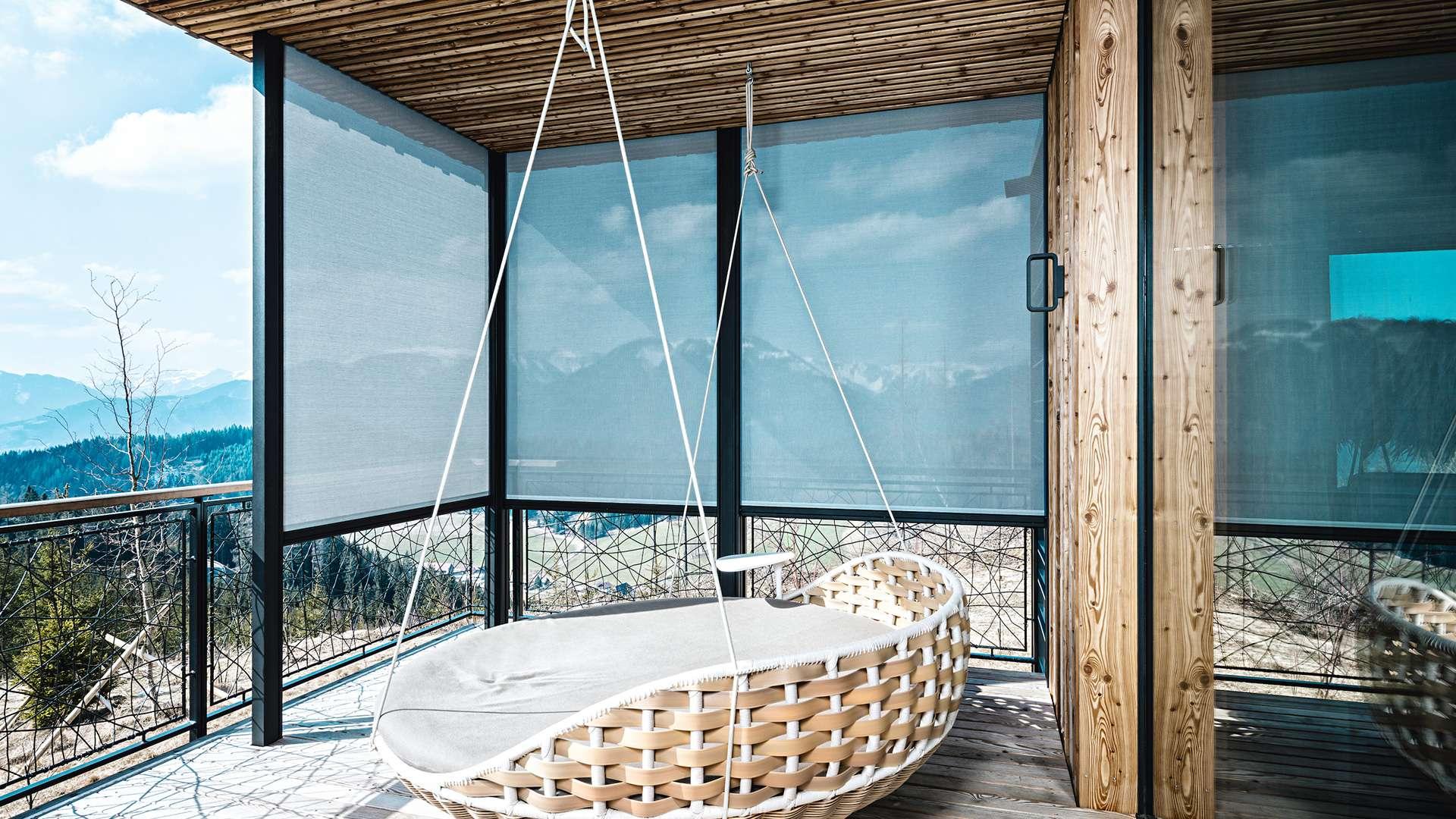 Terrasse mit Textilscreens um die Schaukel