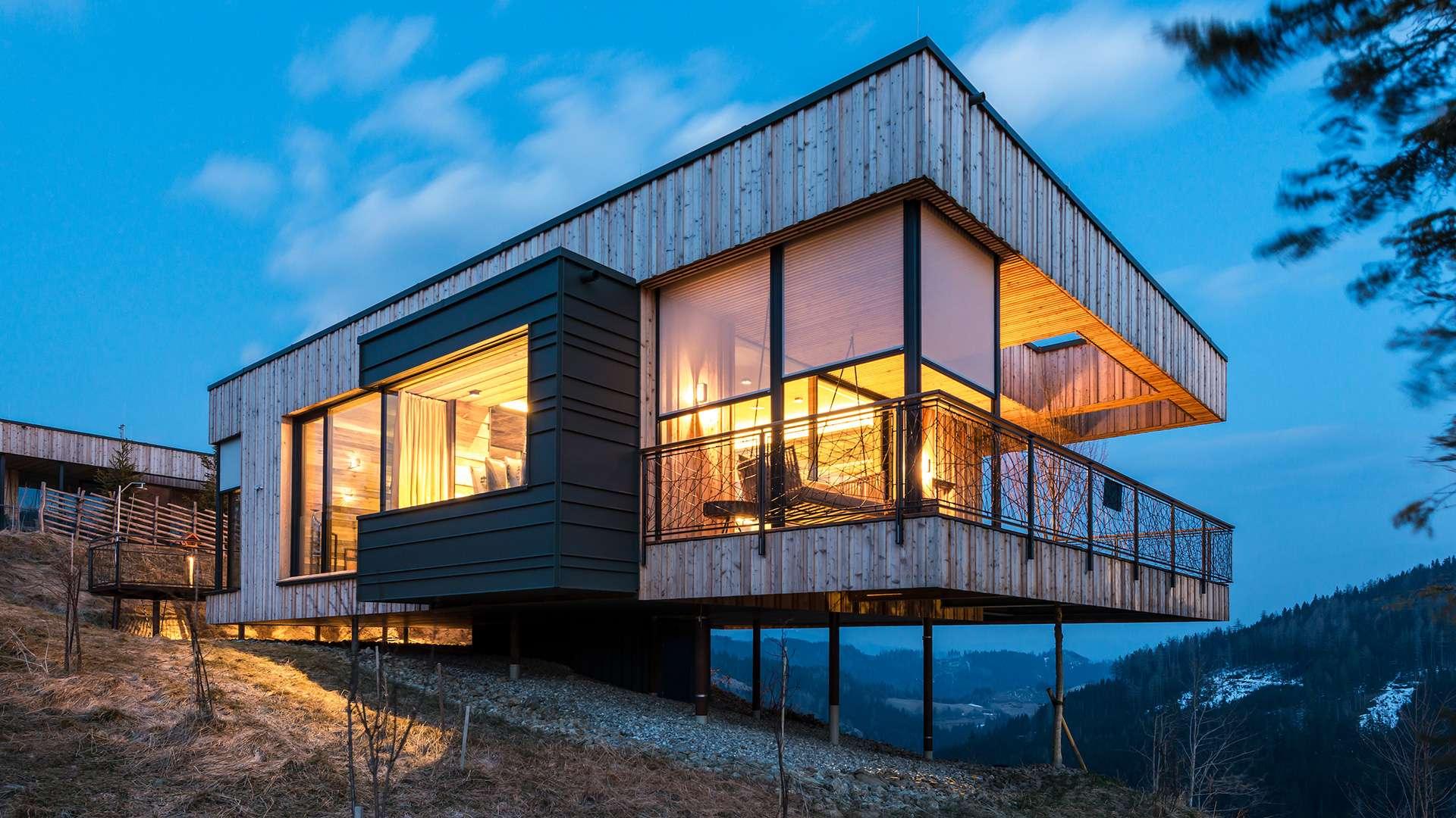 modernes Haus mit Textilscreens vor den bodentiefen Fenstern
