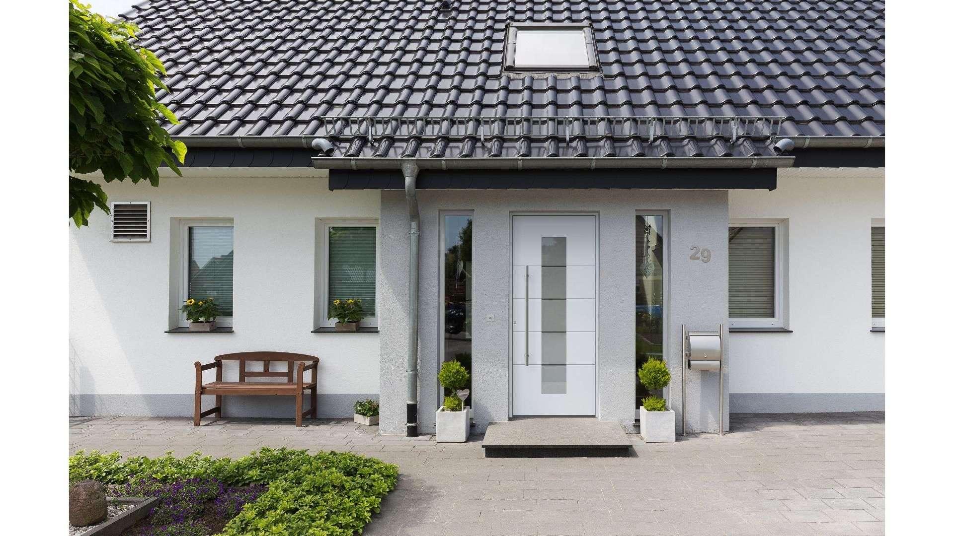 weiße Haustür mit Glaselementen auf beiden Seiten in einem Einfamilienhaus