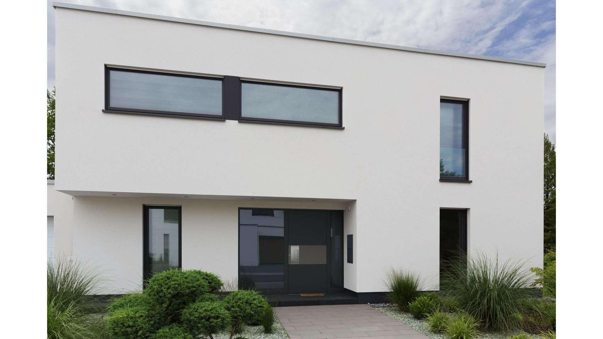 modernes Flachdach-Haus mit dunkelgrauer Haustür
