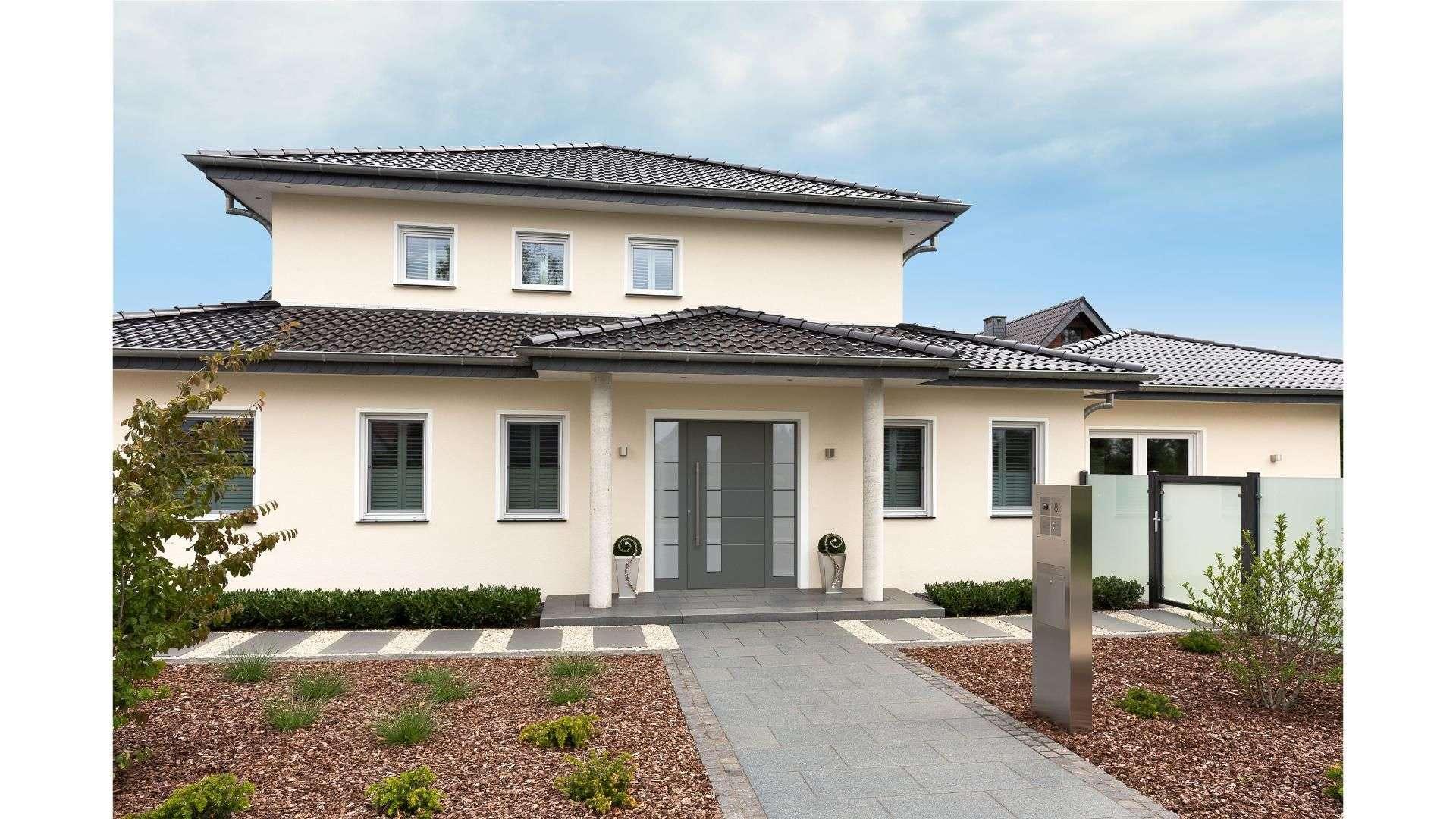 graue Haustür mit Glaselementen auf beiden Seiten in einem Einfamilienhaus