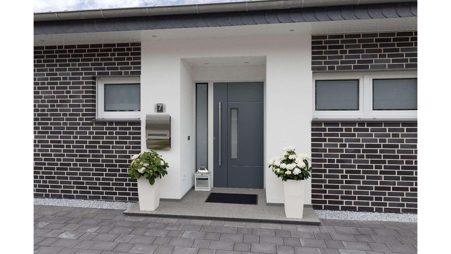 graue Haustür mit Glaselement auf der linken Seite in weißer Fassade