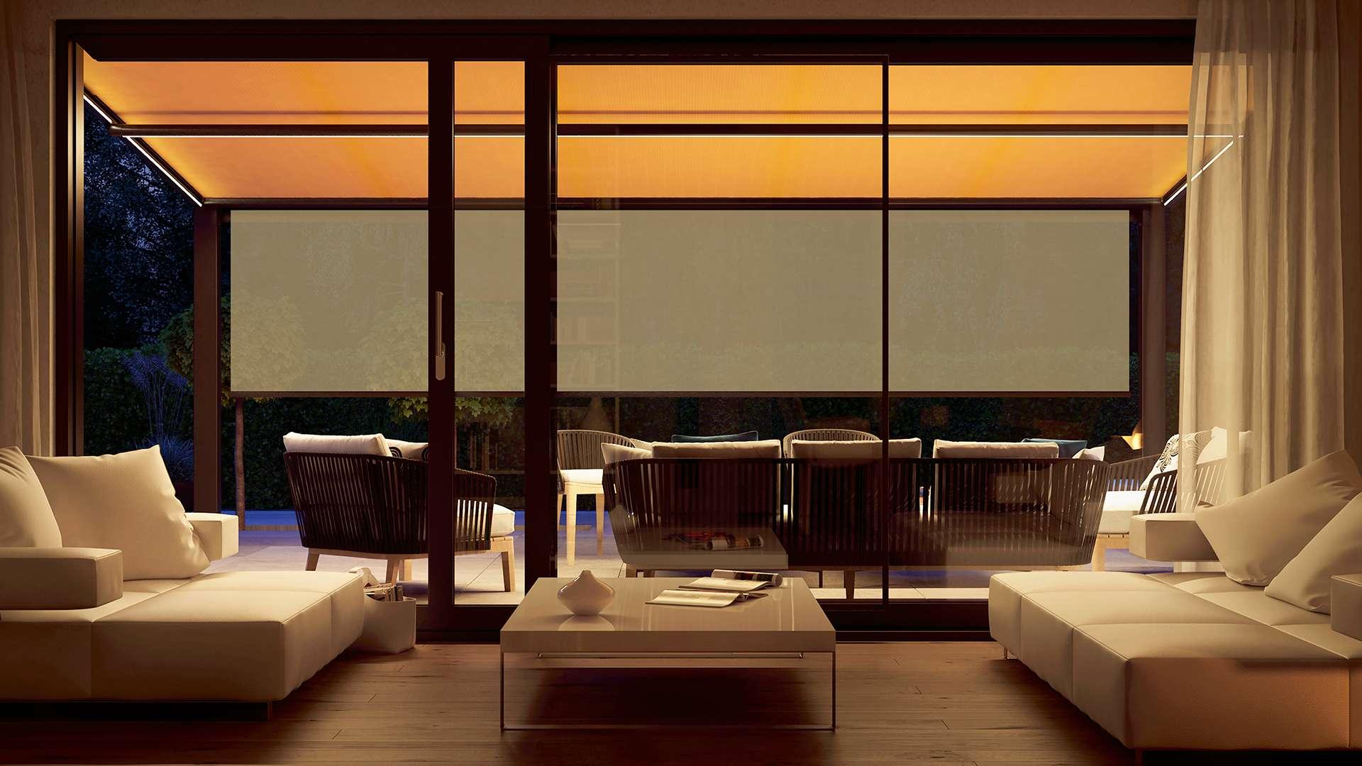 Wohnzimmer mit Glasfront bei Dämmerung mit Blick auf Unterglas-Markise