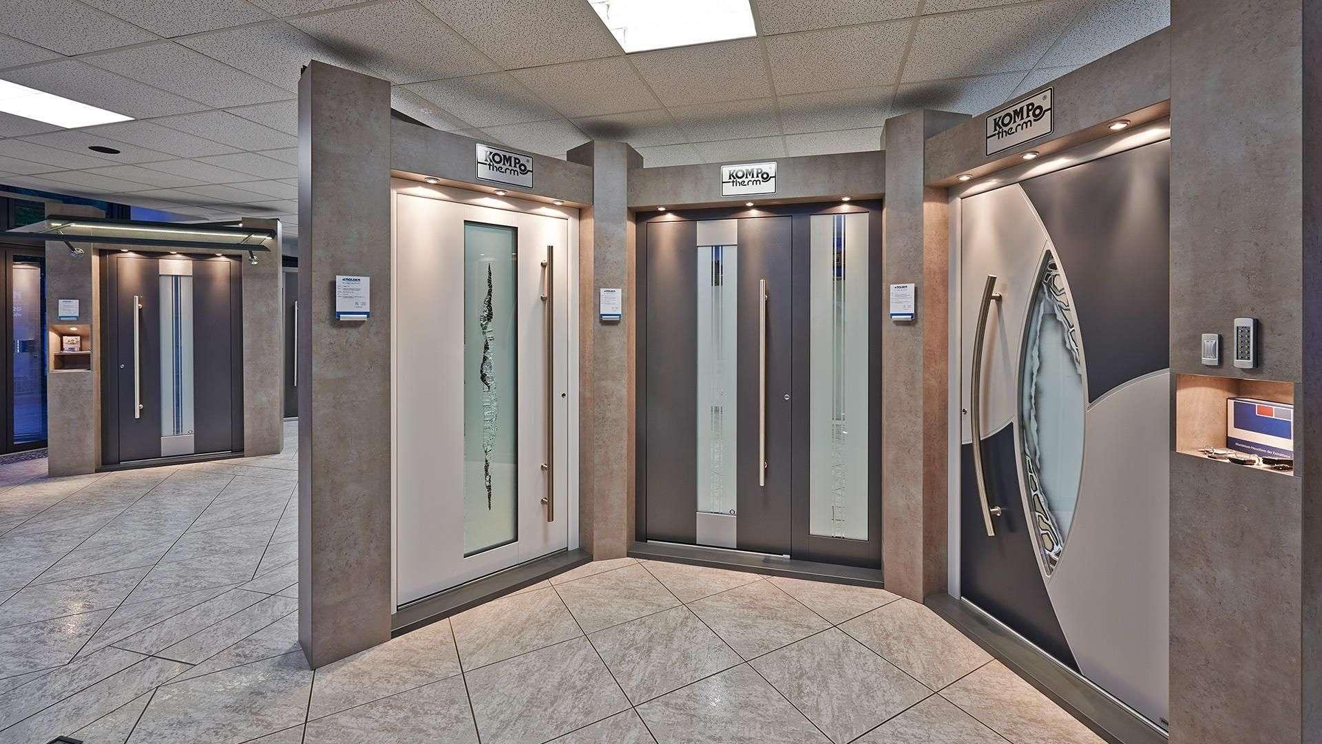 Blick auf vier Türen in der Nolden Ausstellung
