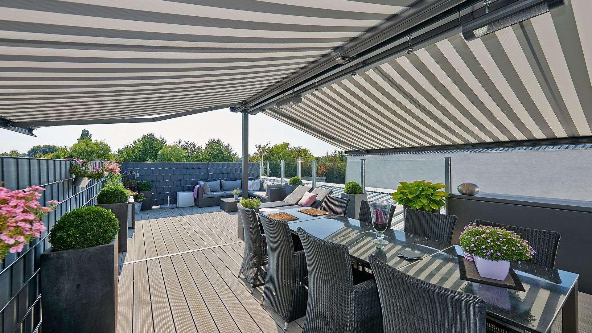 Terrasse in der Nolden Ausstellung mit Tisch und Markise überdacht