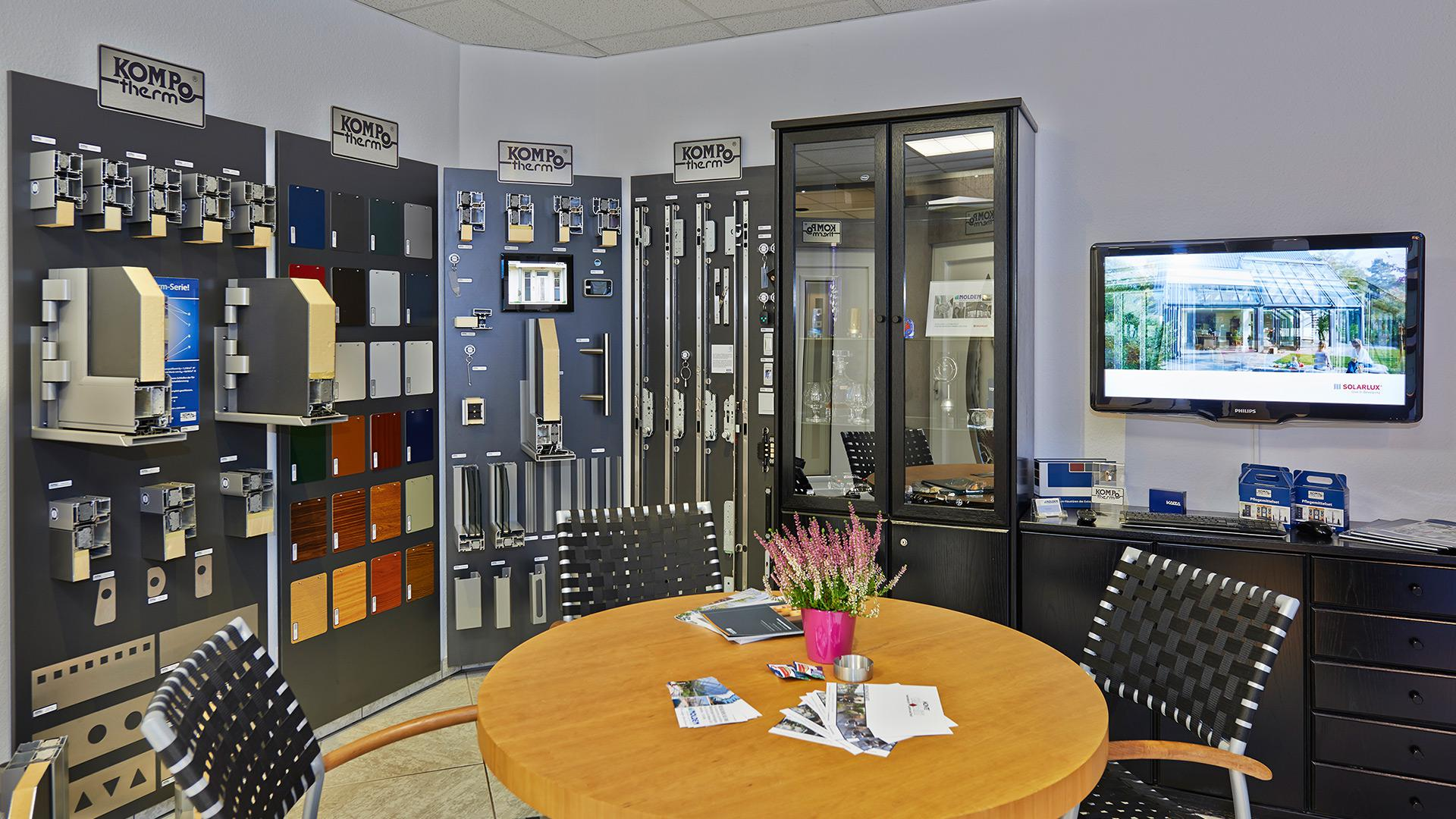 Besprechungsbereich in der Nolden Ausstellung mit vielen Produktmuster an der Wand