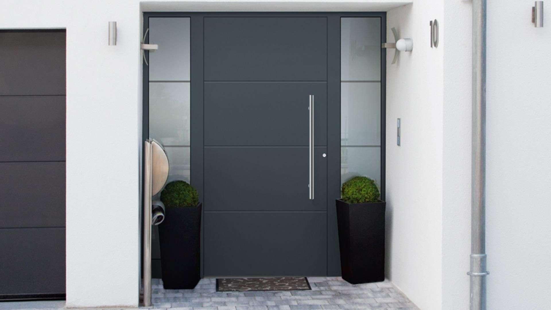 graue Haustür mit Glas rechts und links in weißer Fassade