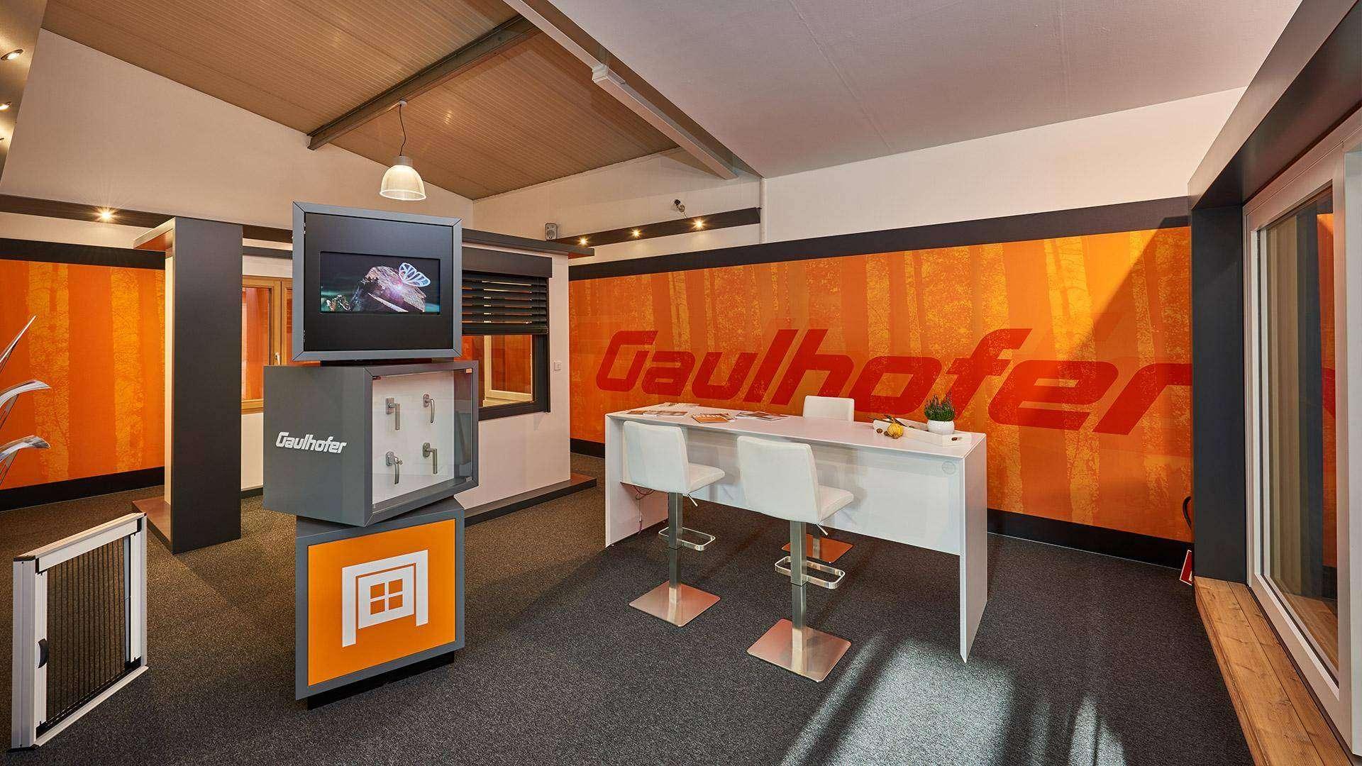 Besprechungstresen in der Nolden Ausstellung mit Gaulhofer-Werbung im Hintergrund