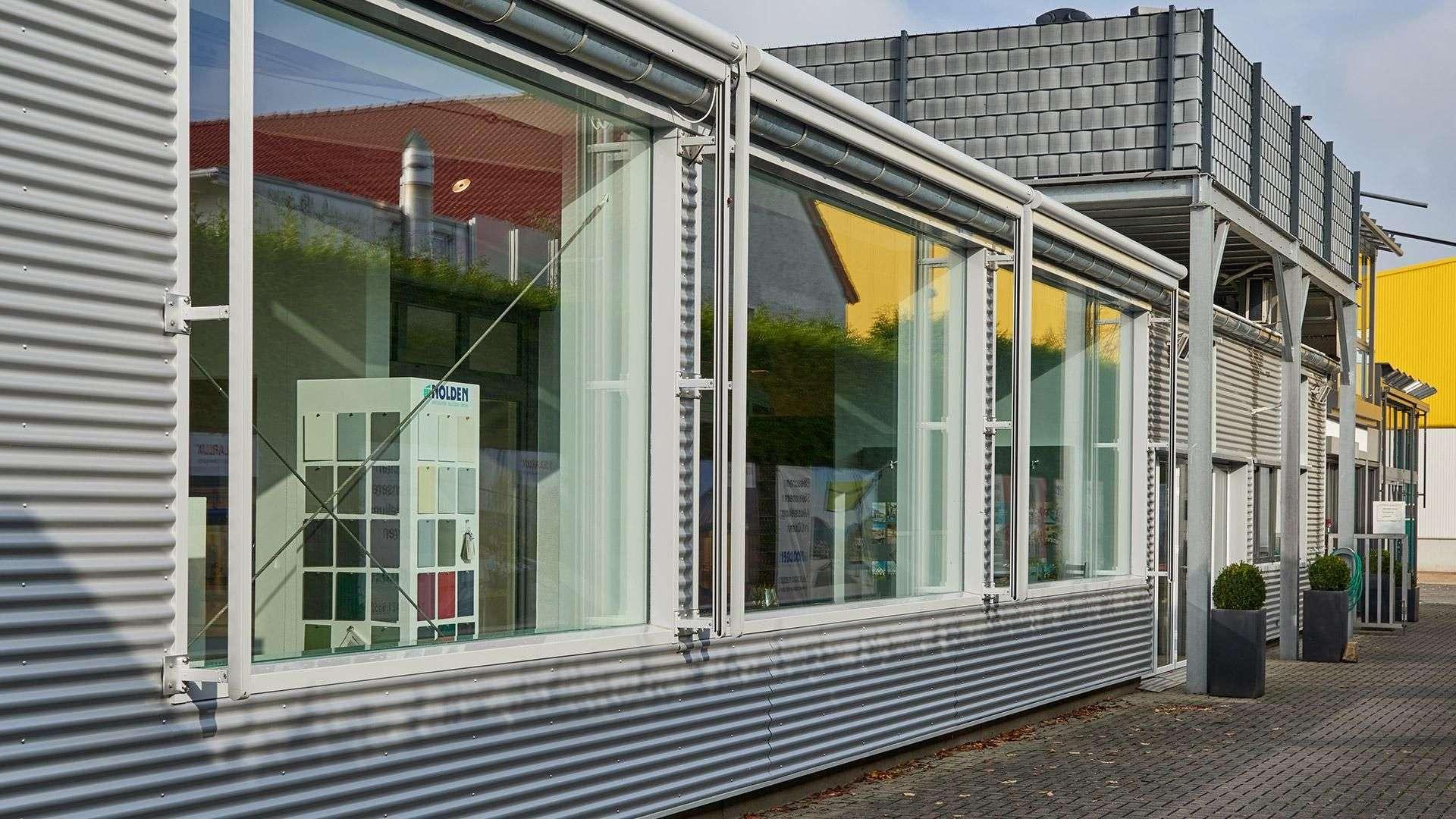 Außenansicht der Fensterfront der Nolden Ausstellung