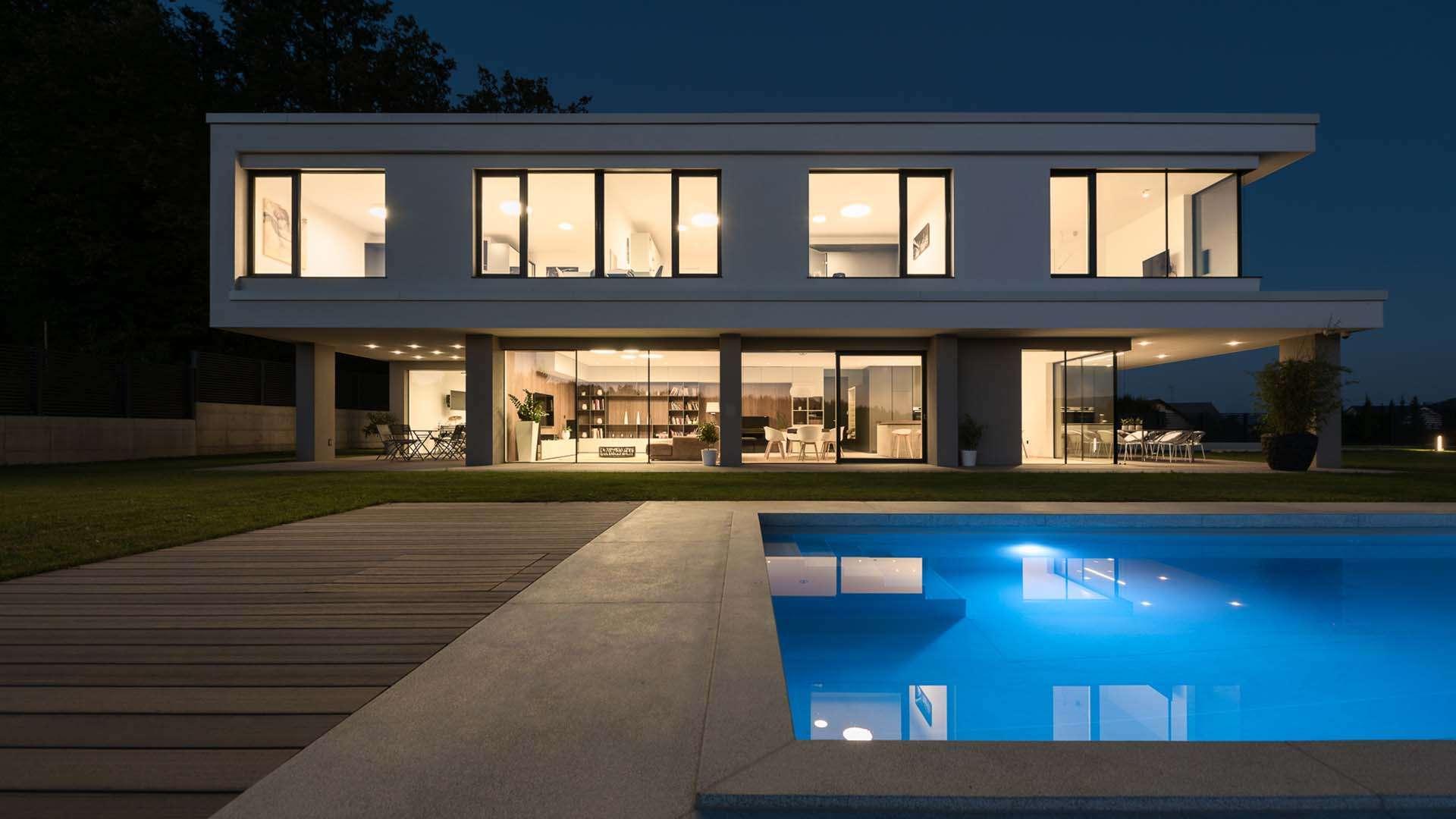 Actual Fensterfront in einem modernen Haus bei Nacht