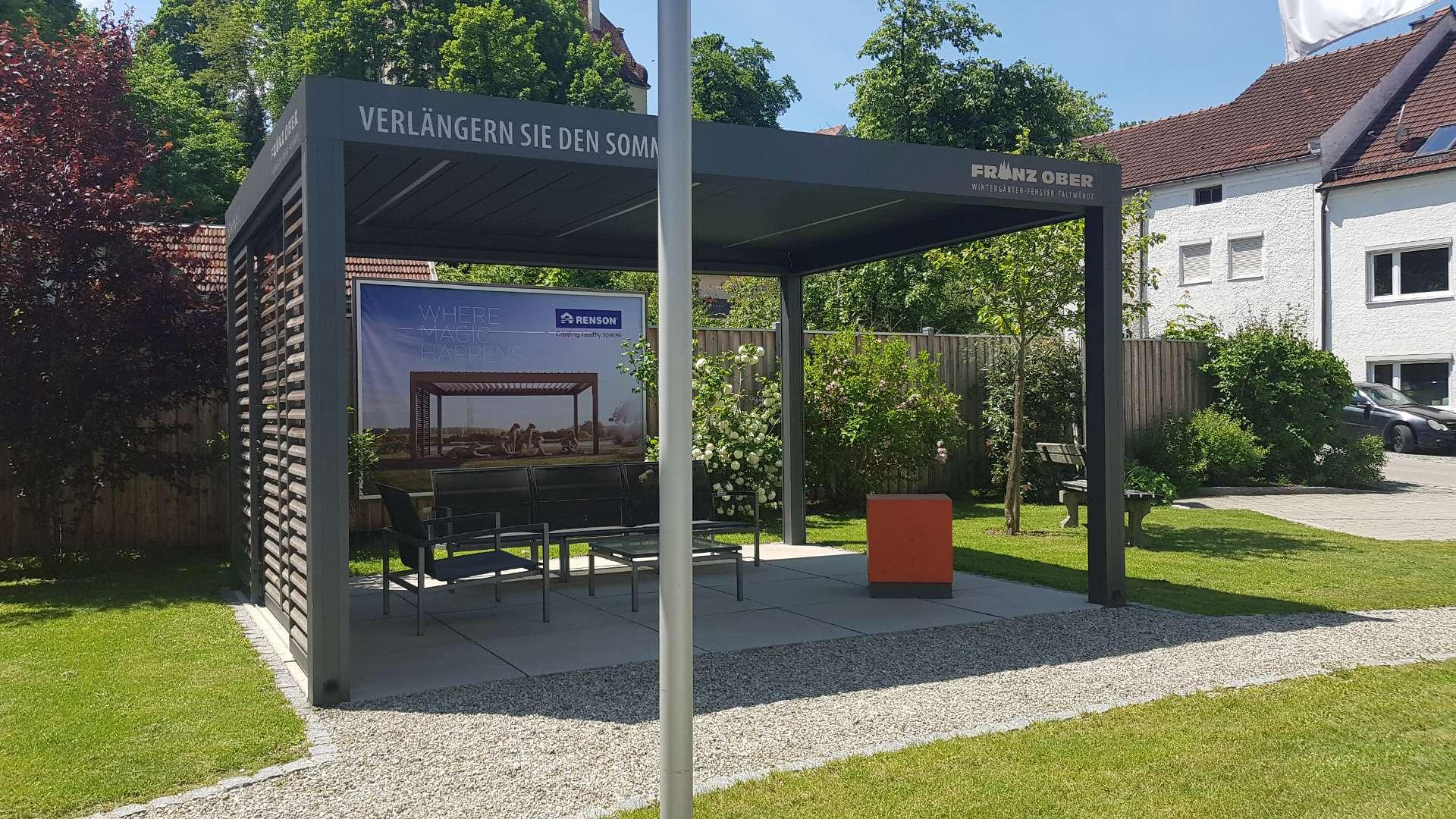 Renson Lamellendach in der Außenausstellung der Schreinerei Ober in Neuötting