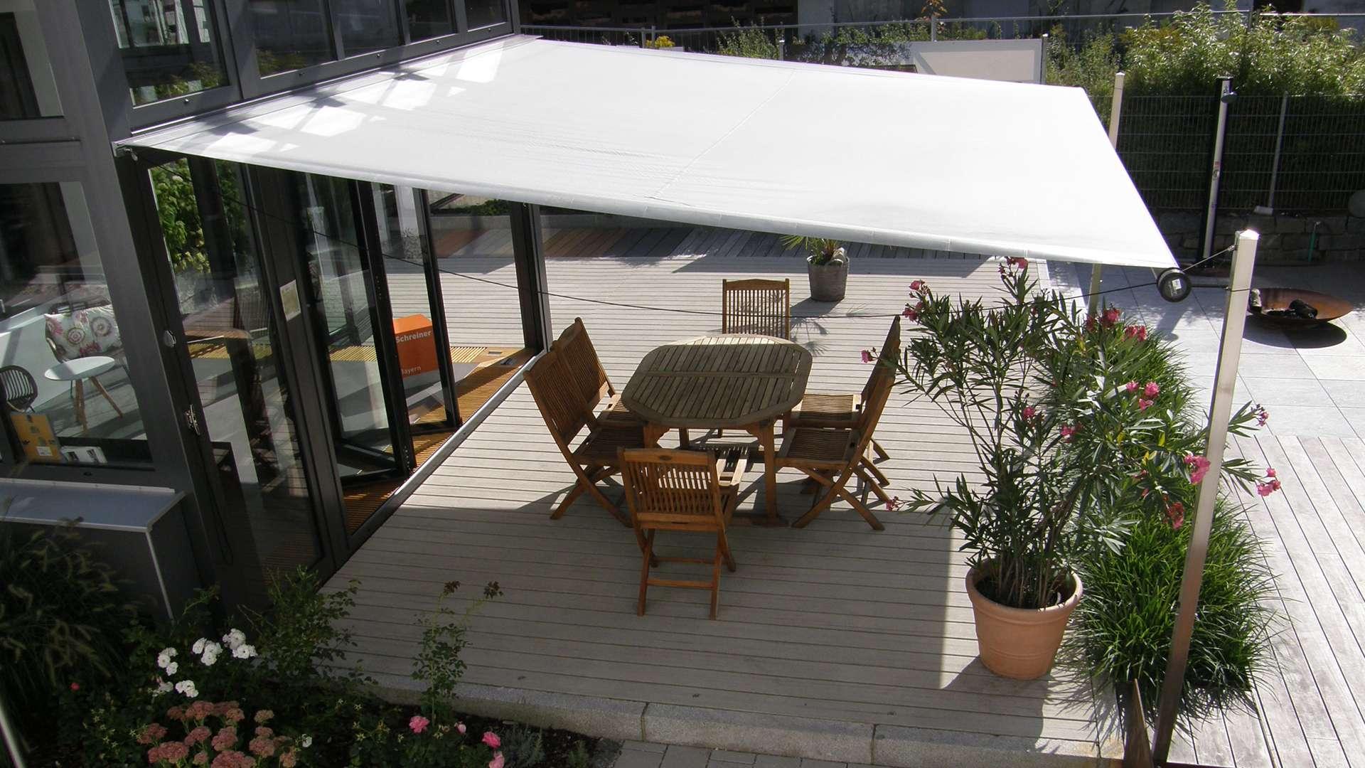 Terrasse mit Markise beschattet in der Außenausstellung der Schreinerei Ober in Neuötting