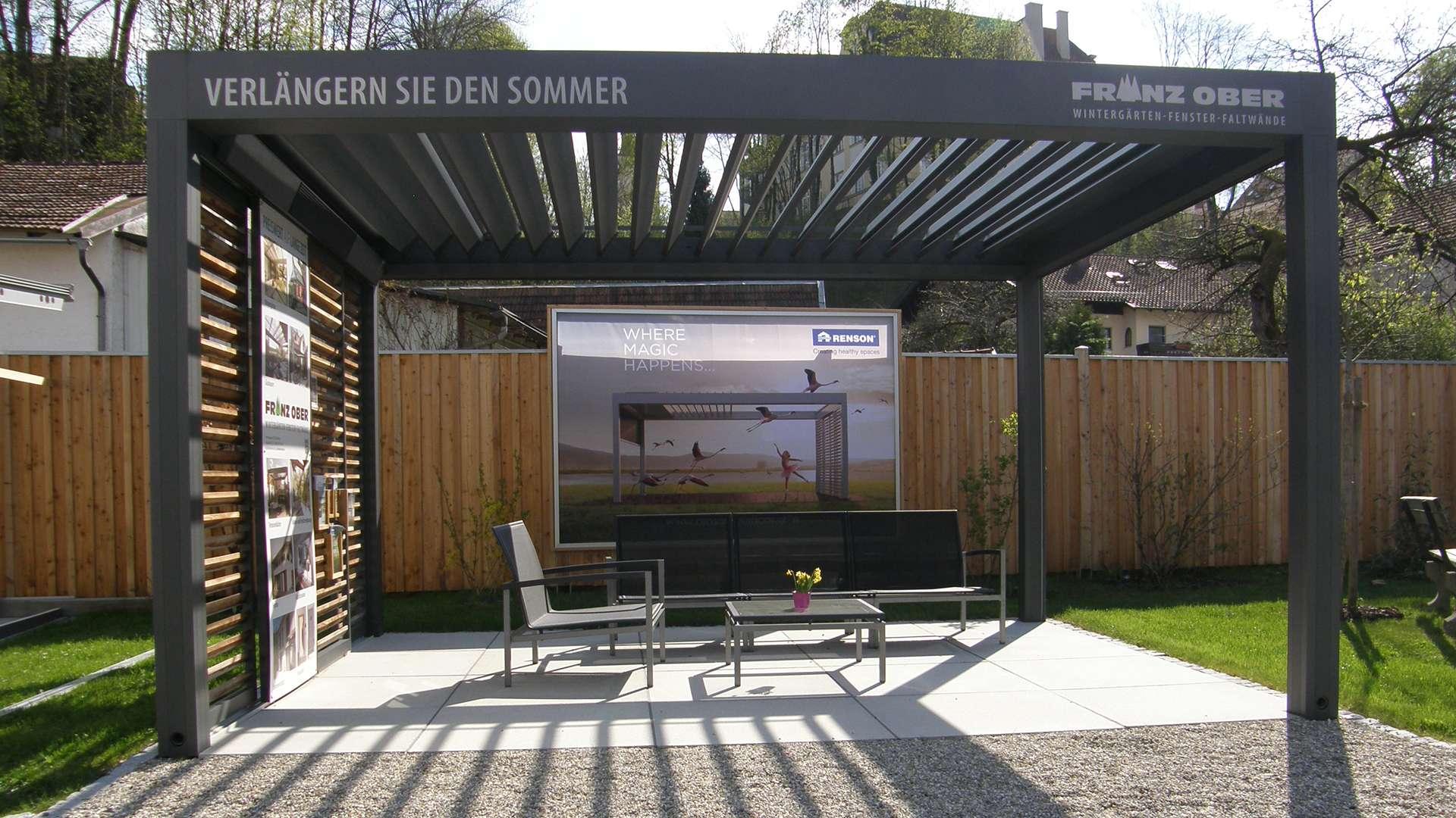 Renson Lamellendach mit geöffneten Lamellen in der Außenausstellung der Schreinerei Ober in Neuötting