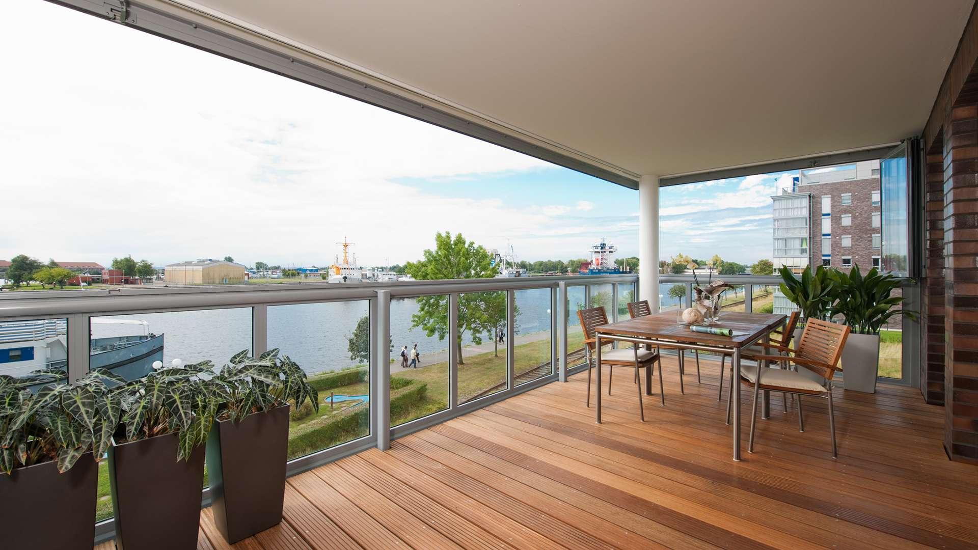 Balkonverglasung eine großen Terrassen mit Blick auf einen See