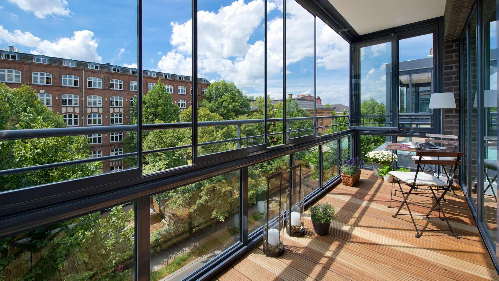 Blick auf einen verglasten Balkon in einen Mehrfamilienhaus