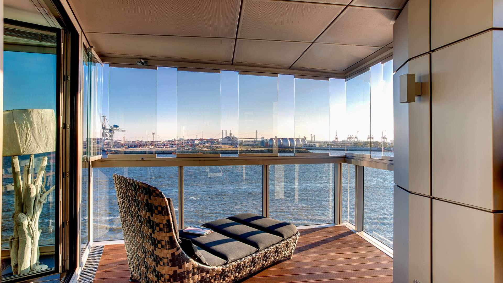 Balkonverglasung mit Blick auf Wasser