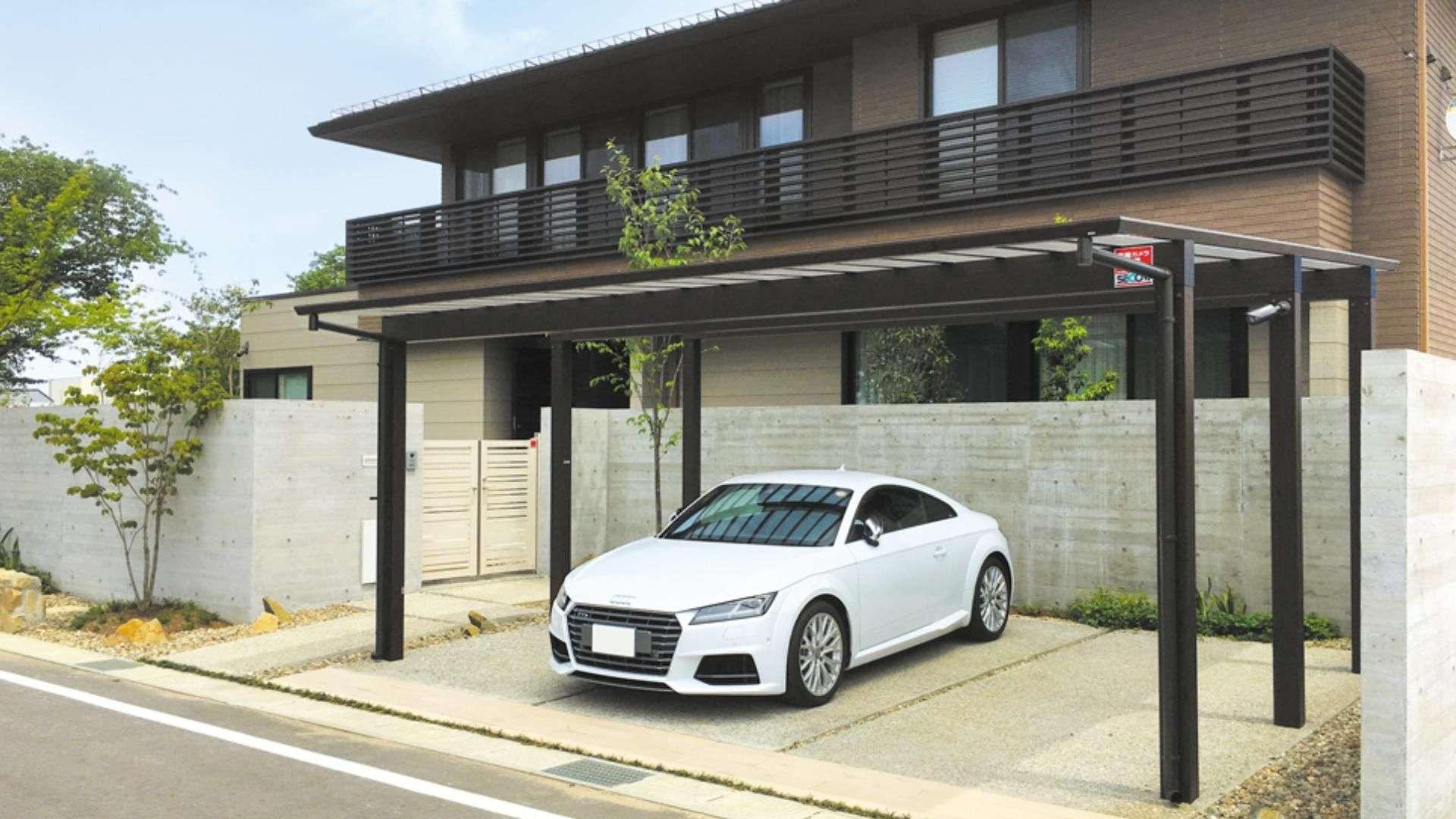 Auto unter einem Carport Artport auf dem Hof eines Wohnhauses