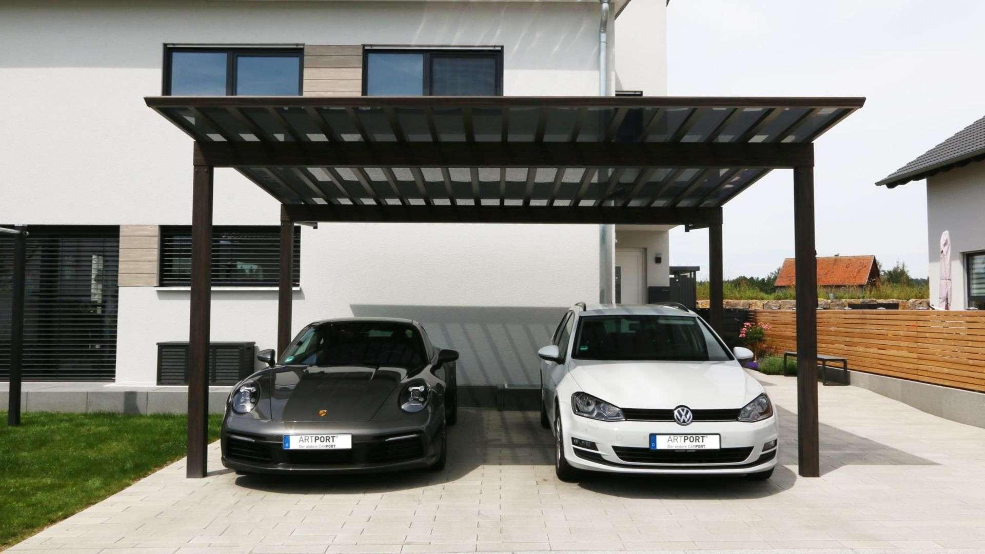 zwei Autos unter einem Carport Artport vor einem Wohnhaus
