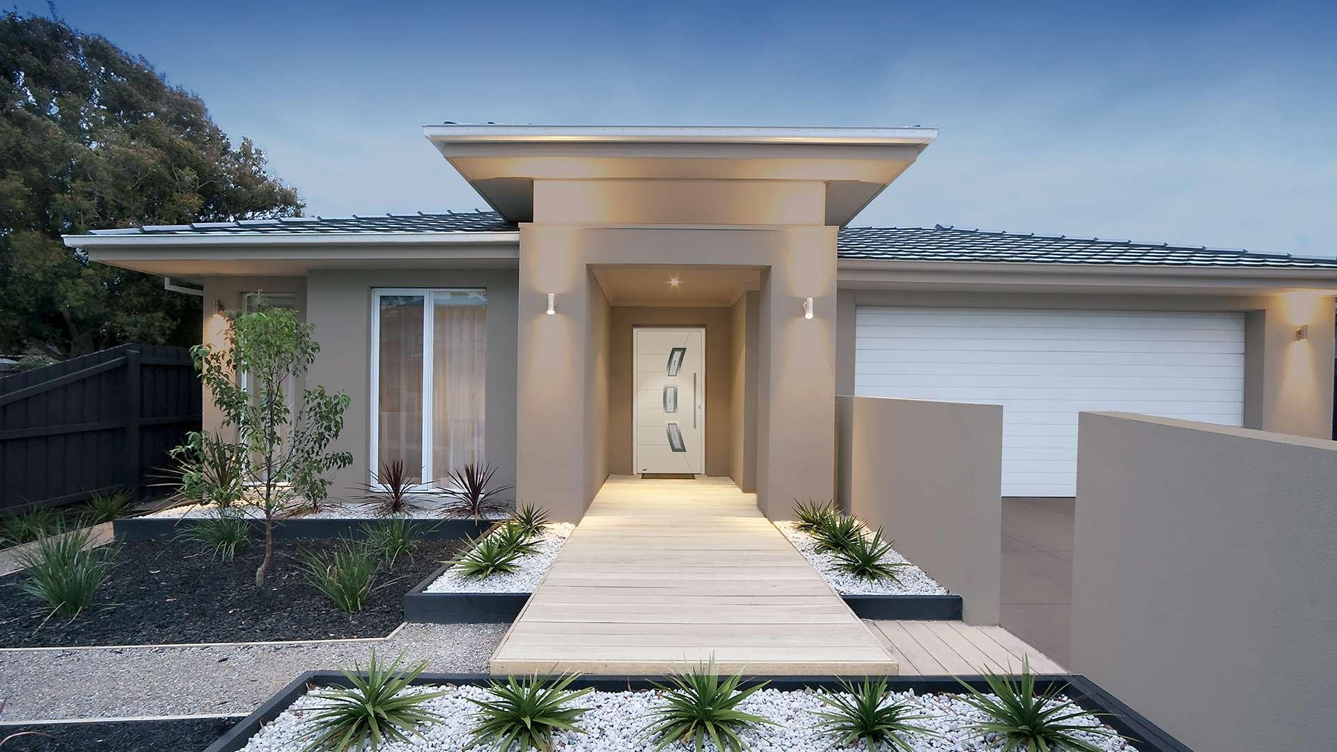 weiße Haustür in eine kleinen Villa mit gepflegtem Vorgarten und großer Garage