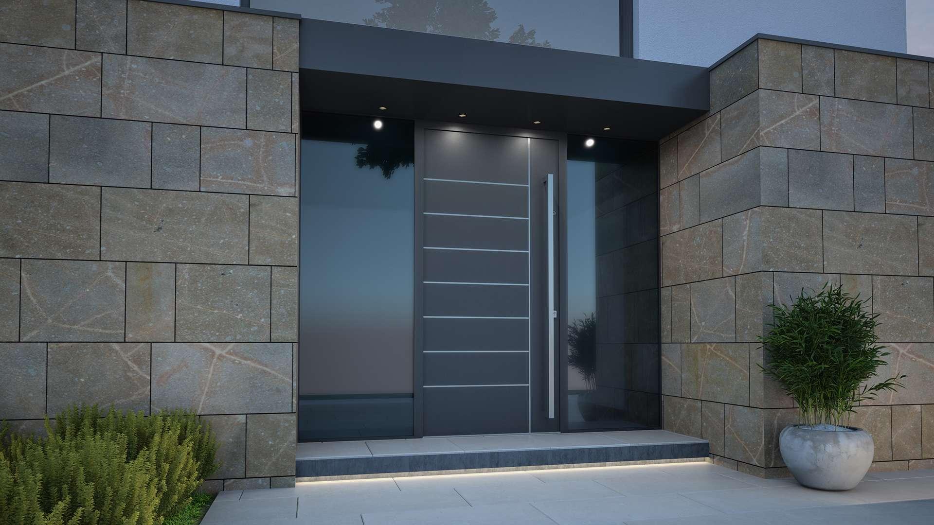 dunkelgraue Haustür mit Glaselementen rechts und links in einer Steinfassade eines modernen Hauses
