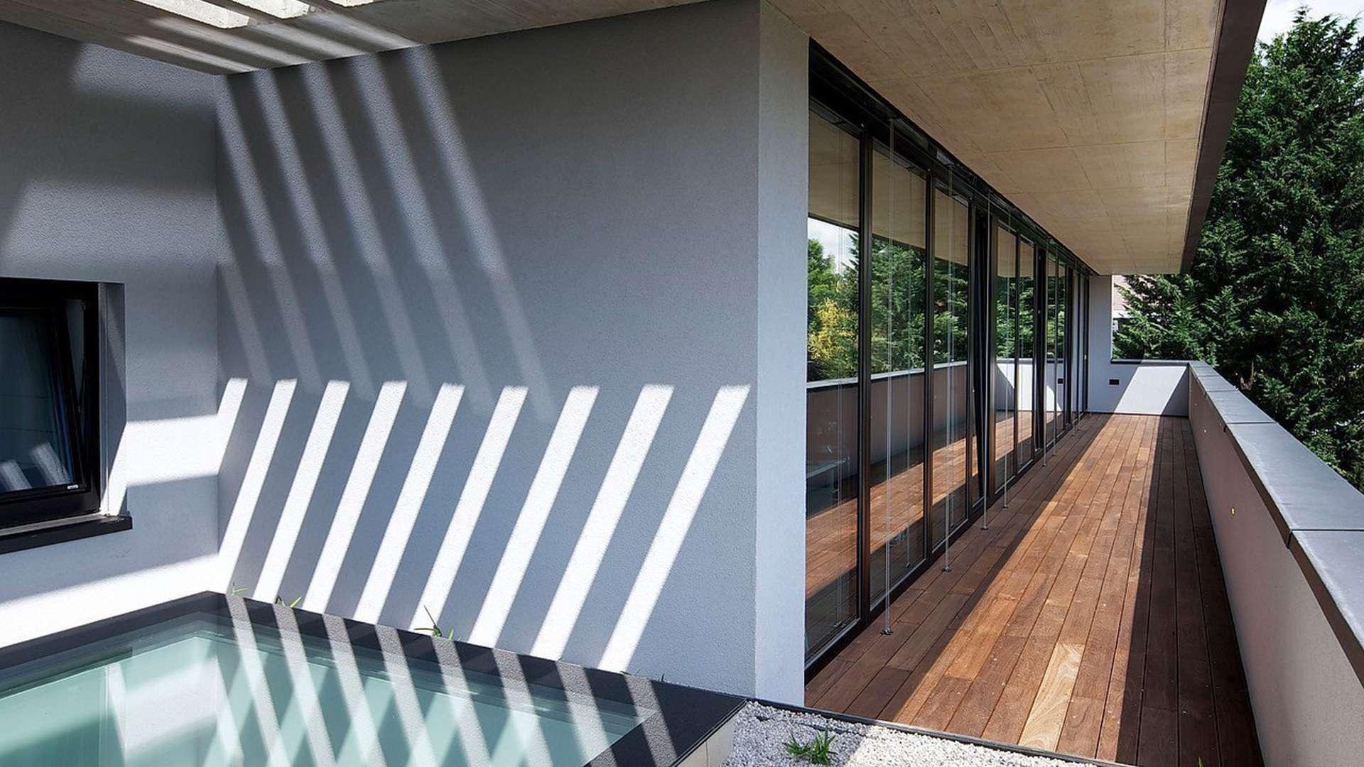 Blick auf einen Balkon mit Kunststoff-Alufenster-Fassade