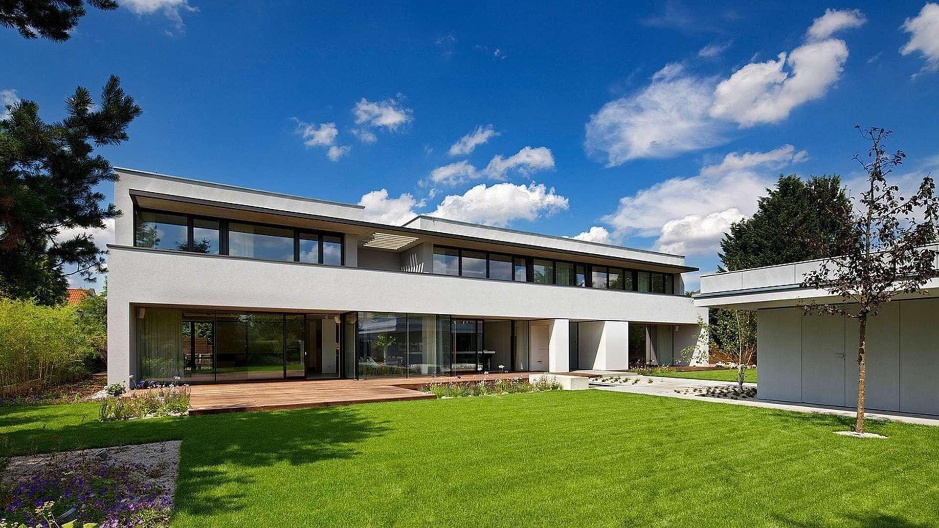 Wohnanlagen mit Kunststoff-Aluminium-Fensters und grünen Rasen im Vordergrund