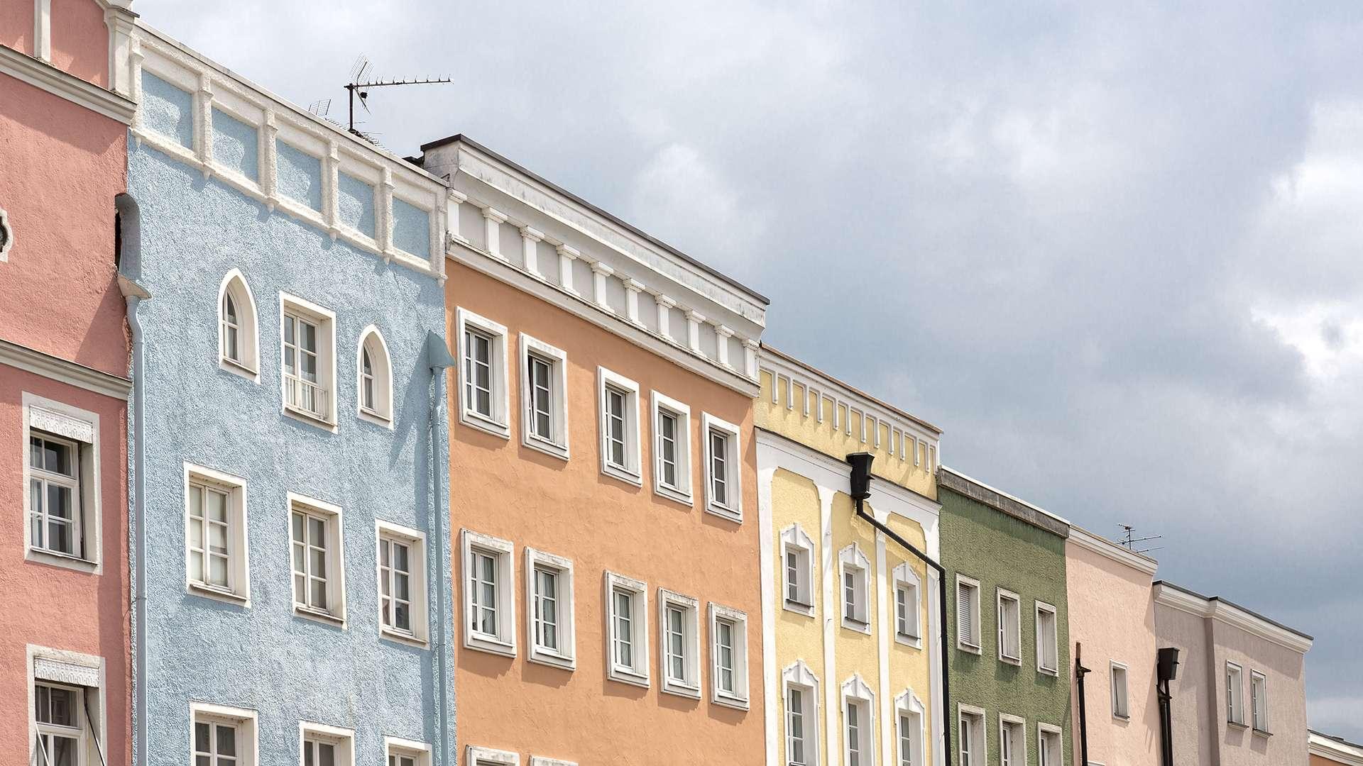bunte Hausfassaden in der Altstadt von Mühldorf