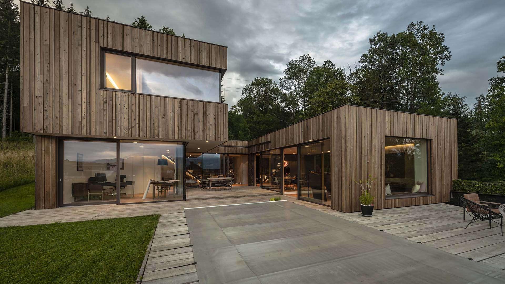 Actual Schiebetür Alwood in einem modernen Wohnhaus aus Holz
