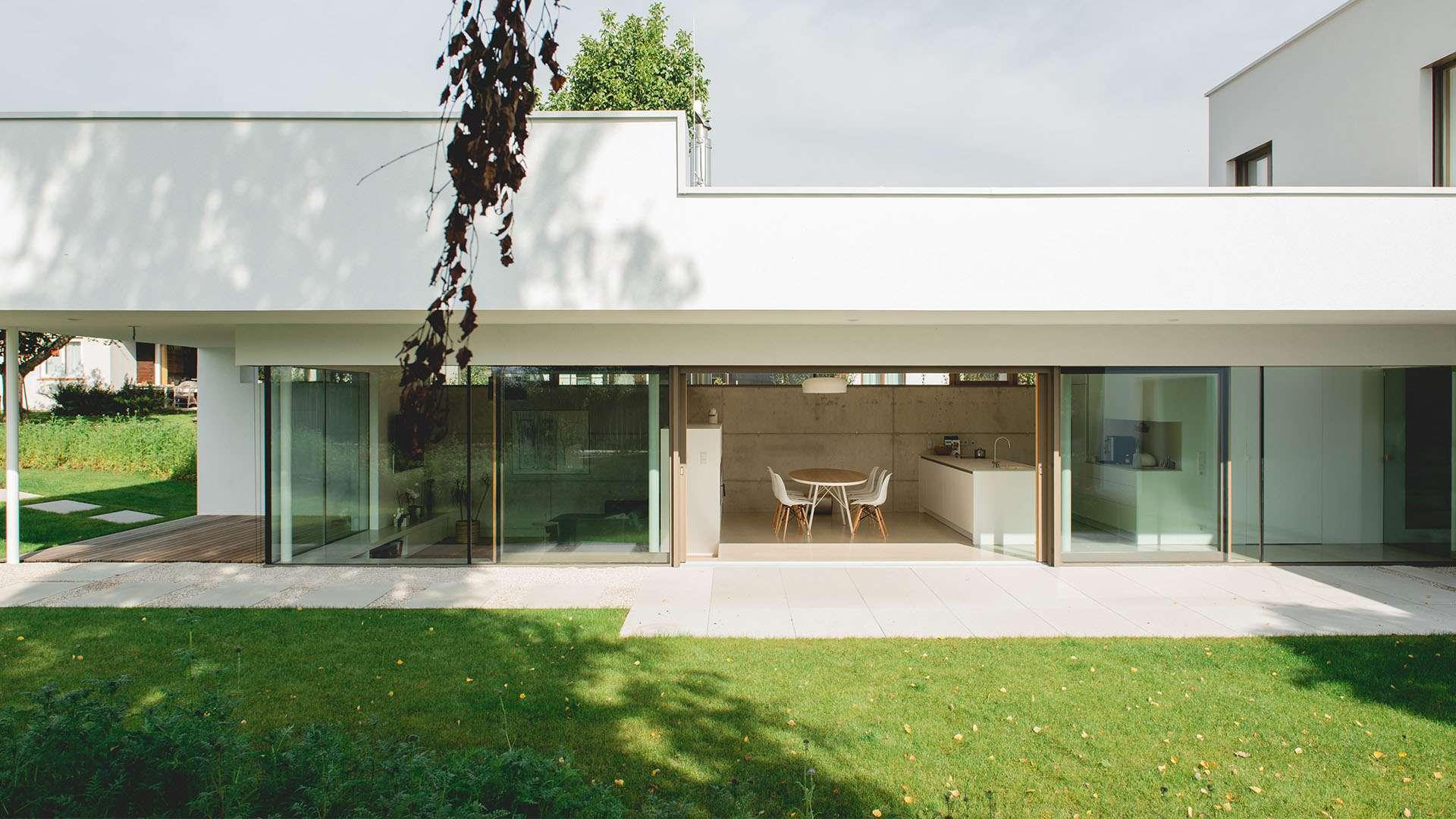 Actual Fensterfront in einem weißen Haus
