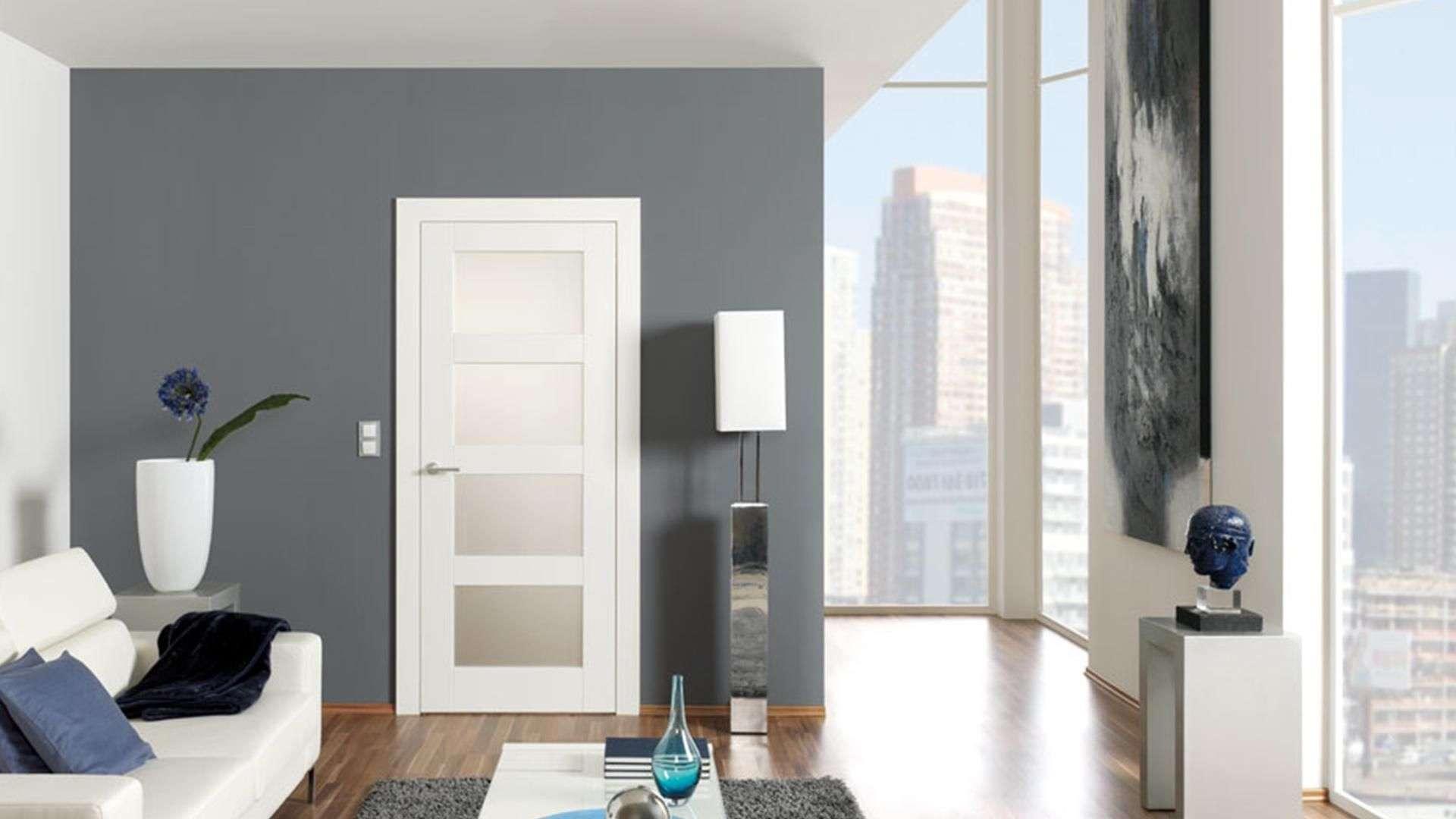 weiße Innentür in einem Wohnzimmer