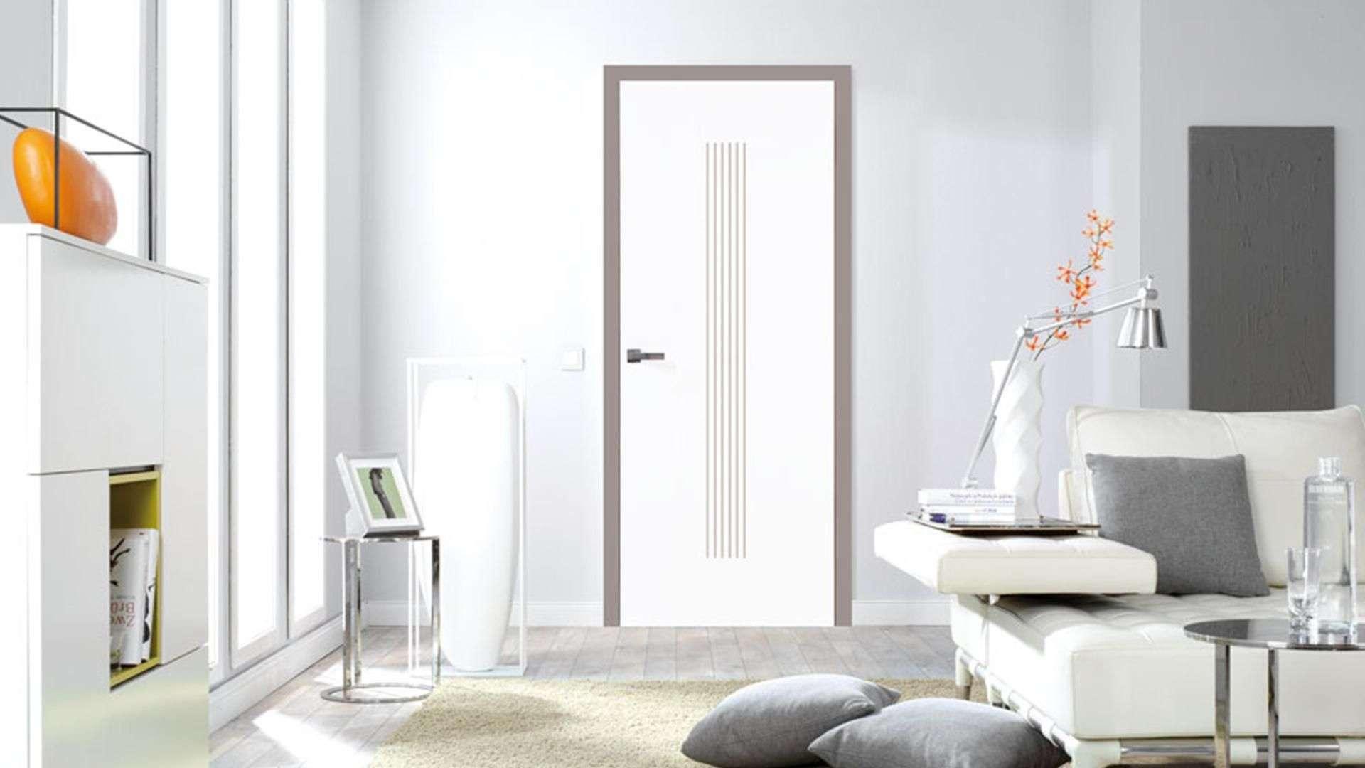 weiße Innentür in einen Wohnzimmer