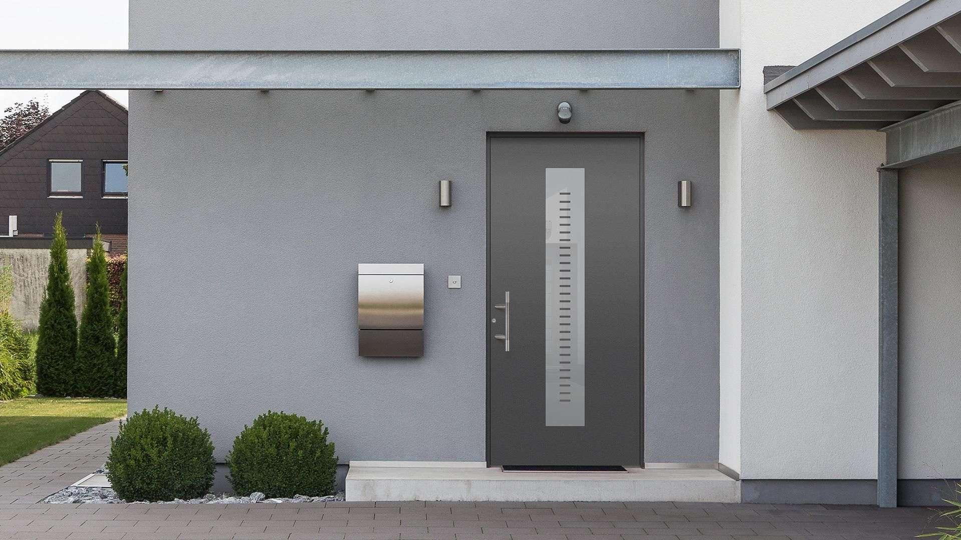graue Aluhaustür in hellgrauer Fassade mit Briefkasten
