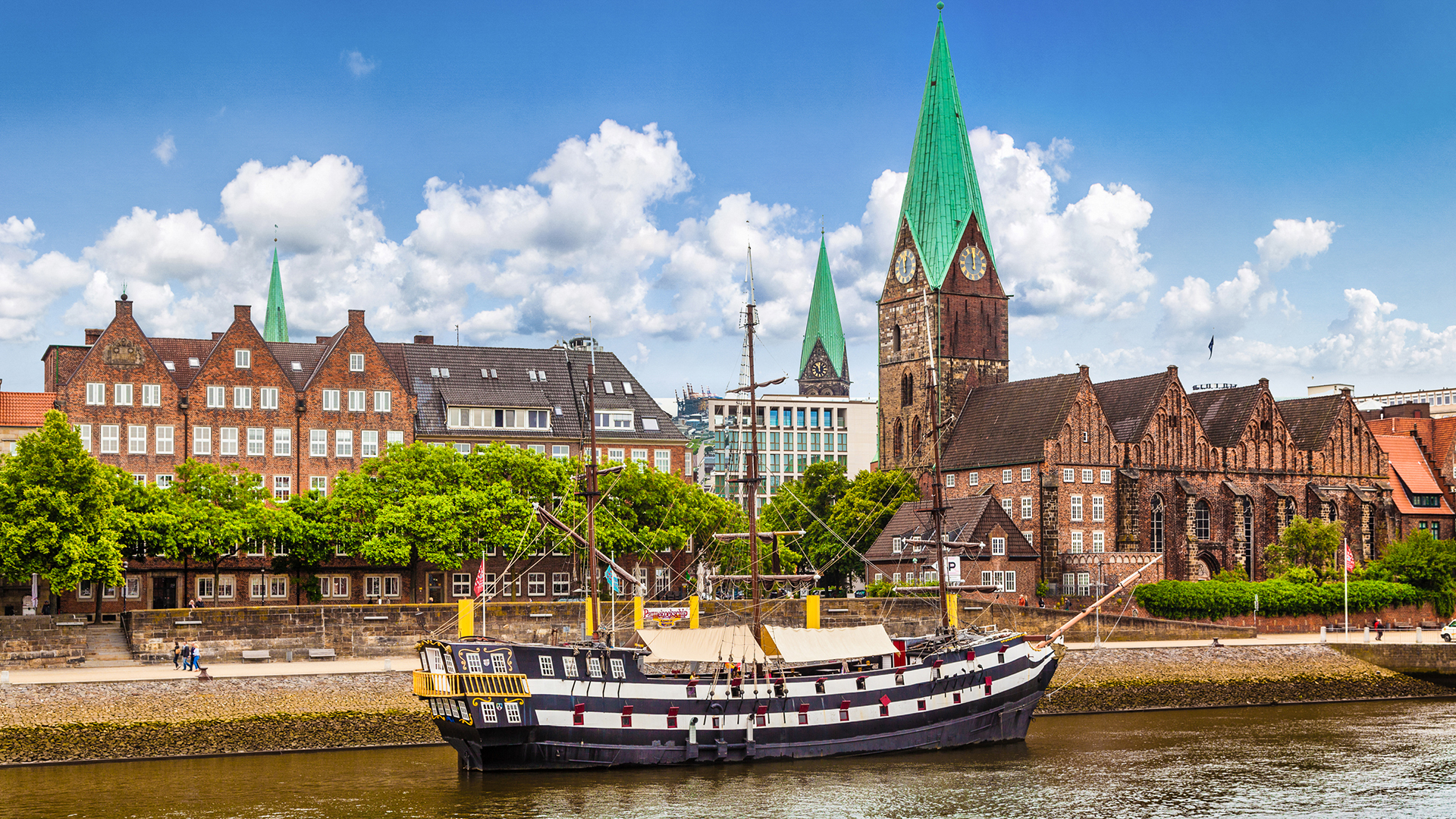 Historische Stadt Bremen mit altem Segelschiff am Weser Fluss
