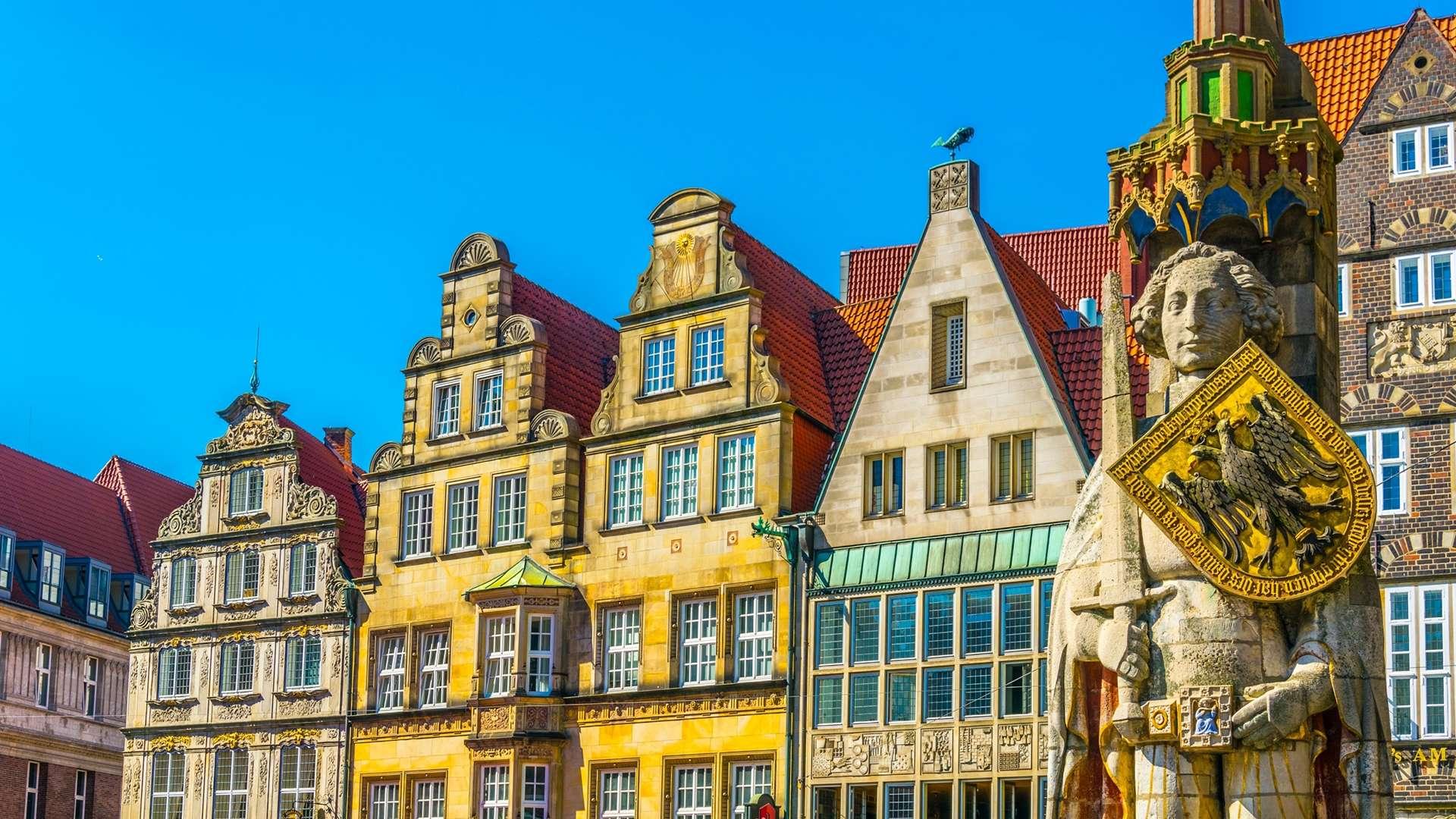 Farbige Fassaden mit einer Brotstatue in Bremen.