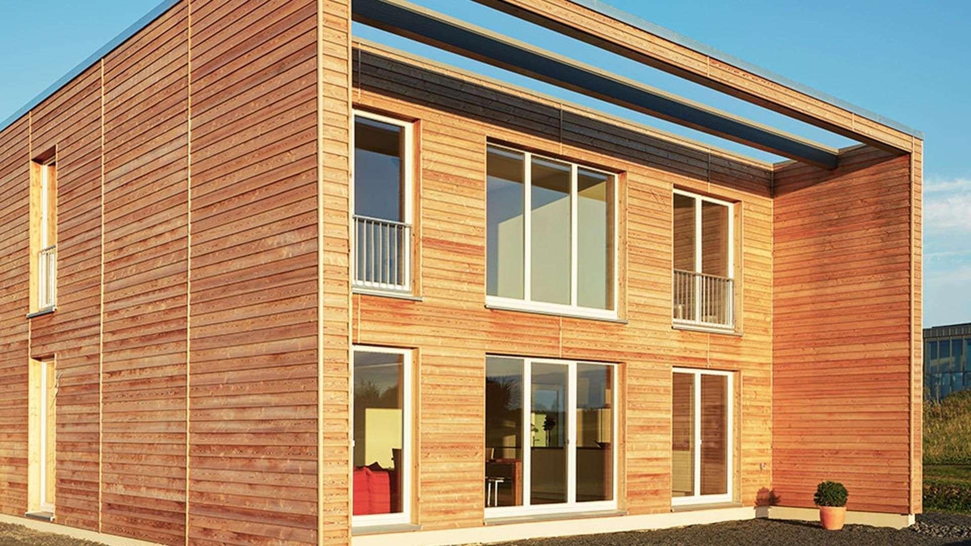 Holzhaus mit Holzfenstern und Flachdach