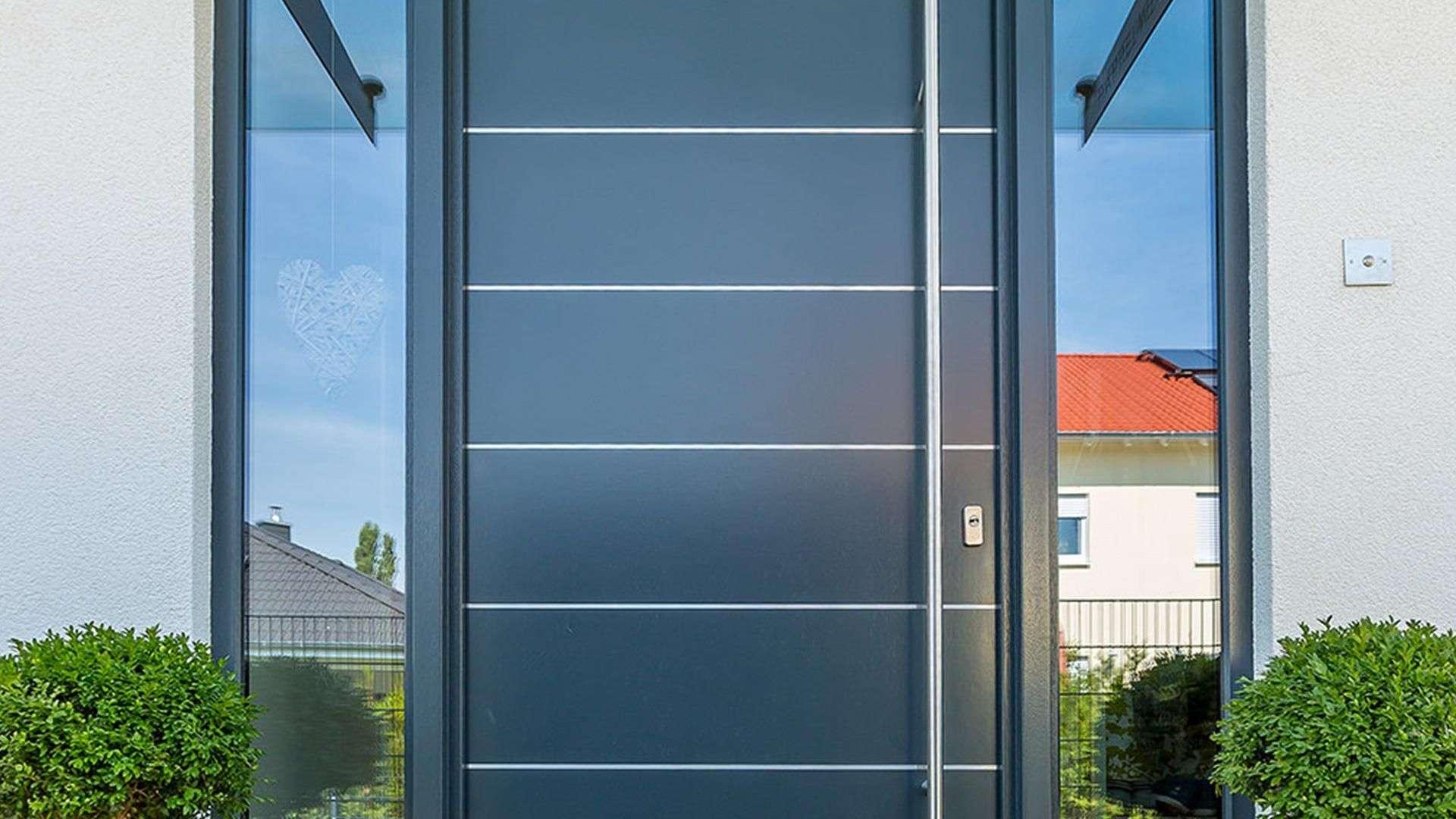 graue Holzhaustür mit Glaselemente links und rechs