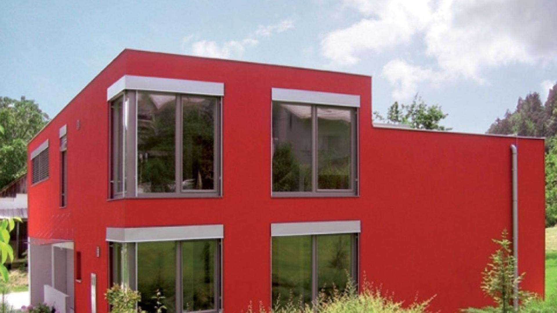 rotes Flachdachhaus mit großen Kunststofffenster