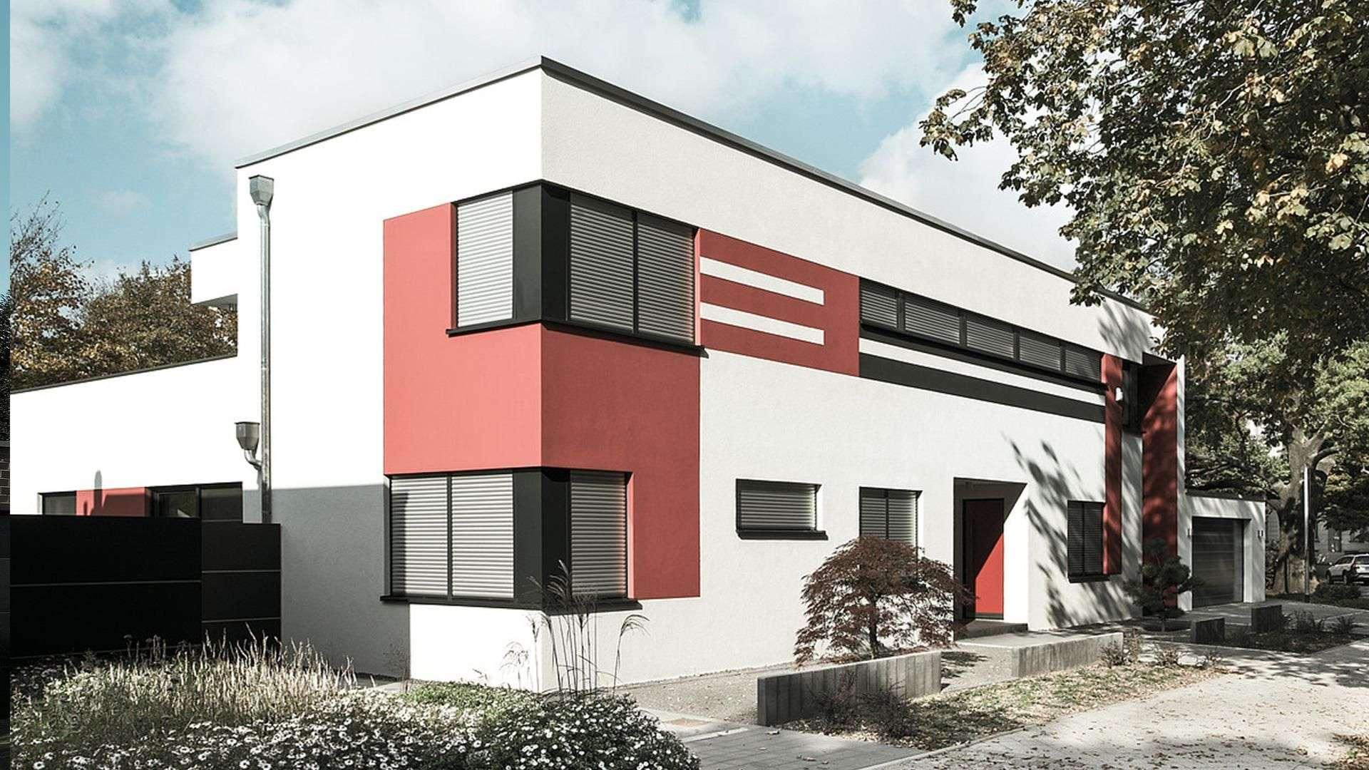 rot-weißes Wohnhaus mit großen Fenster mit Rollläden