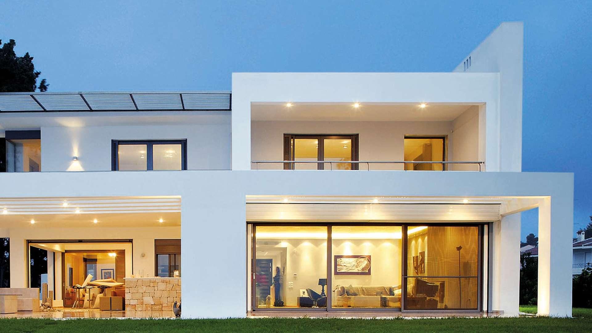modernes Haus mit bodentiefen Fenstern