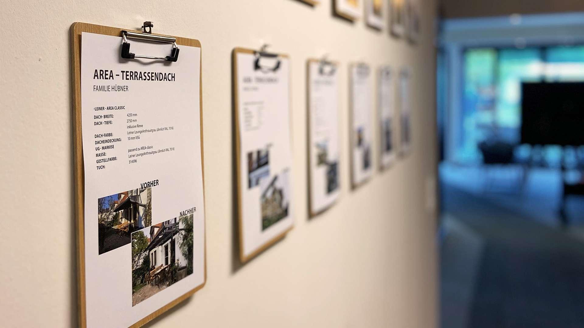 Mehrere Infozettel an einer Wand in der Ausstellung von Schirrle in Nürnberg